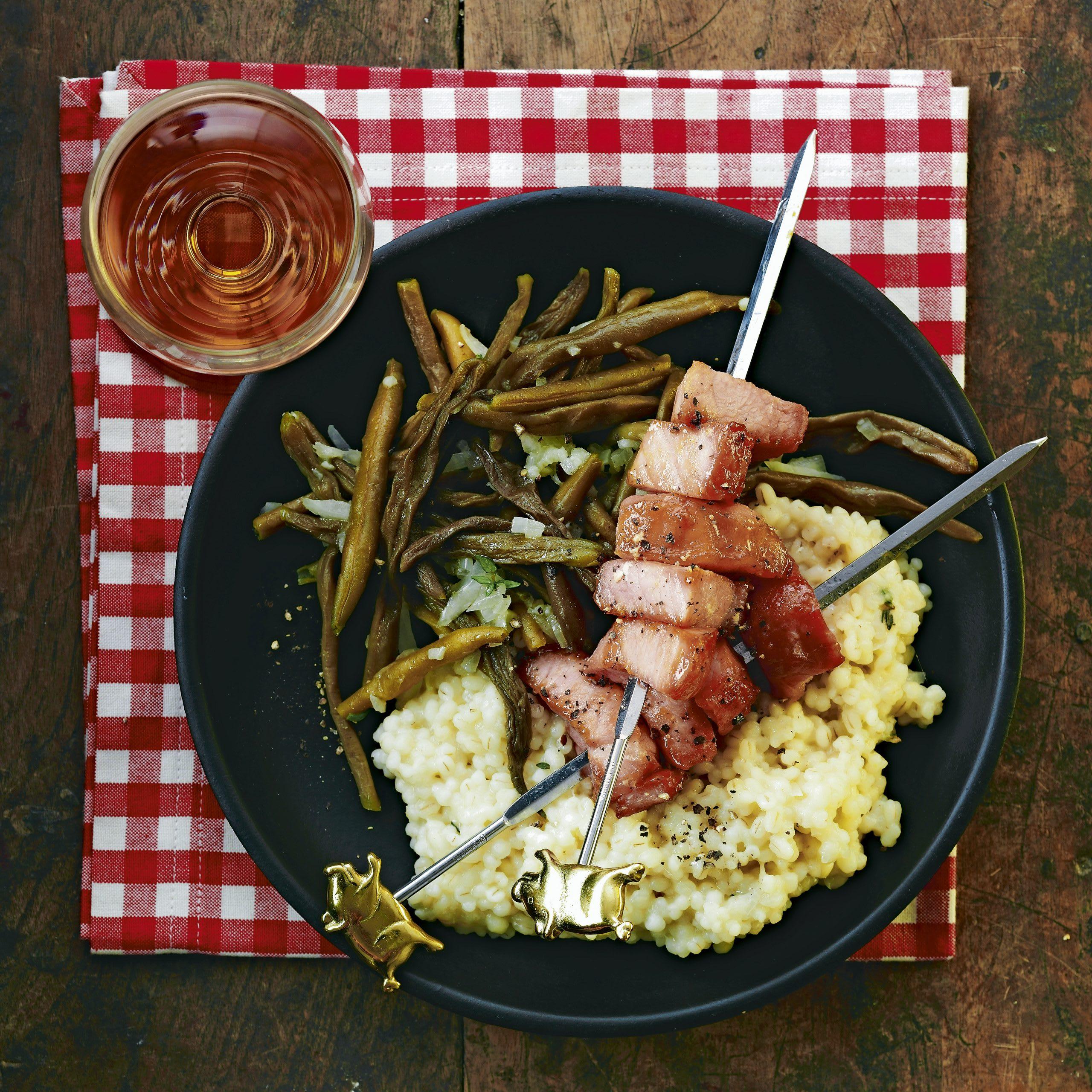 Brochettes de porc, haricots verts et orge