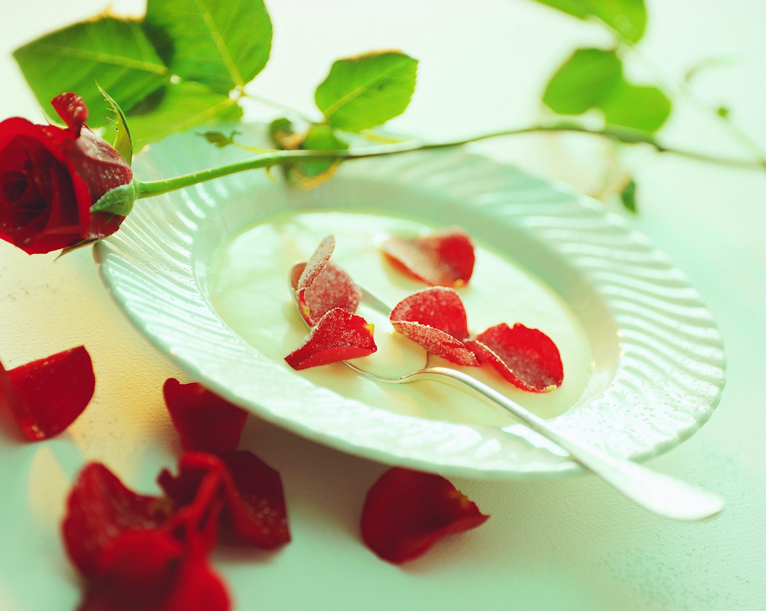 Rosencreme mit gezuckerten Blüten