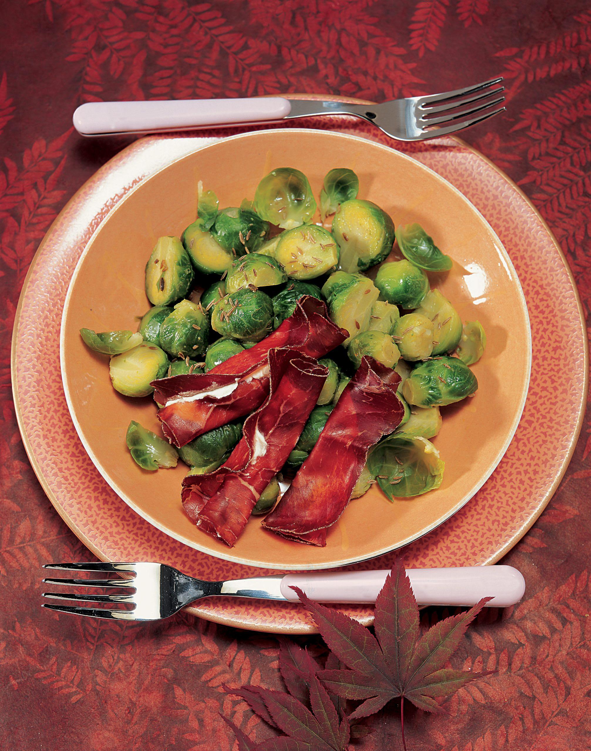 Rosenkohlsalat mit Bündnerfleischröllchen