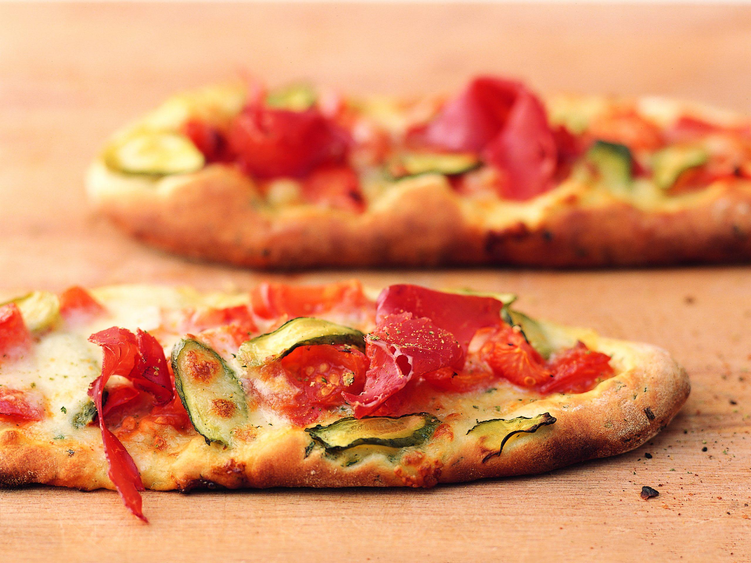 Pizza à la roquette, aux cornichons et à la viande séchée