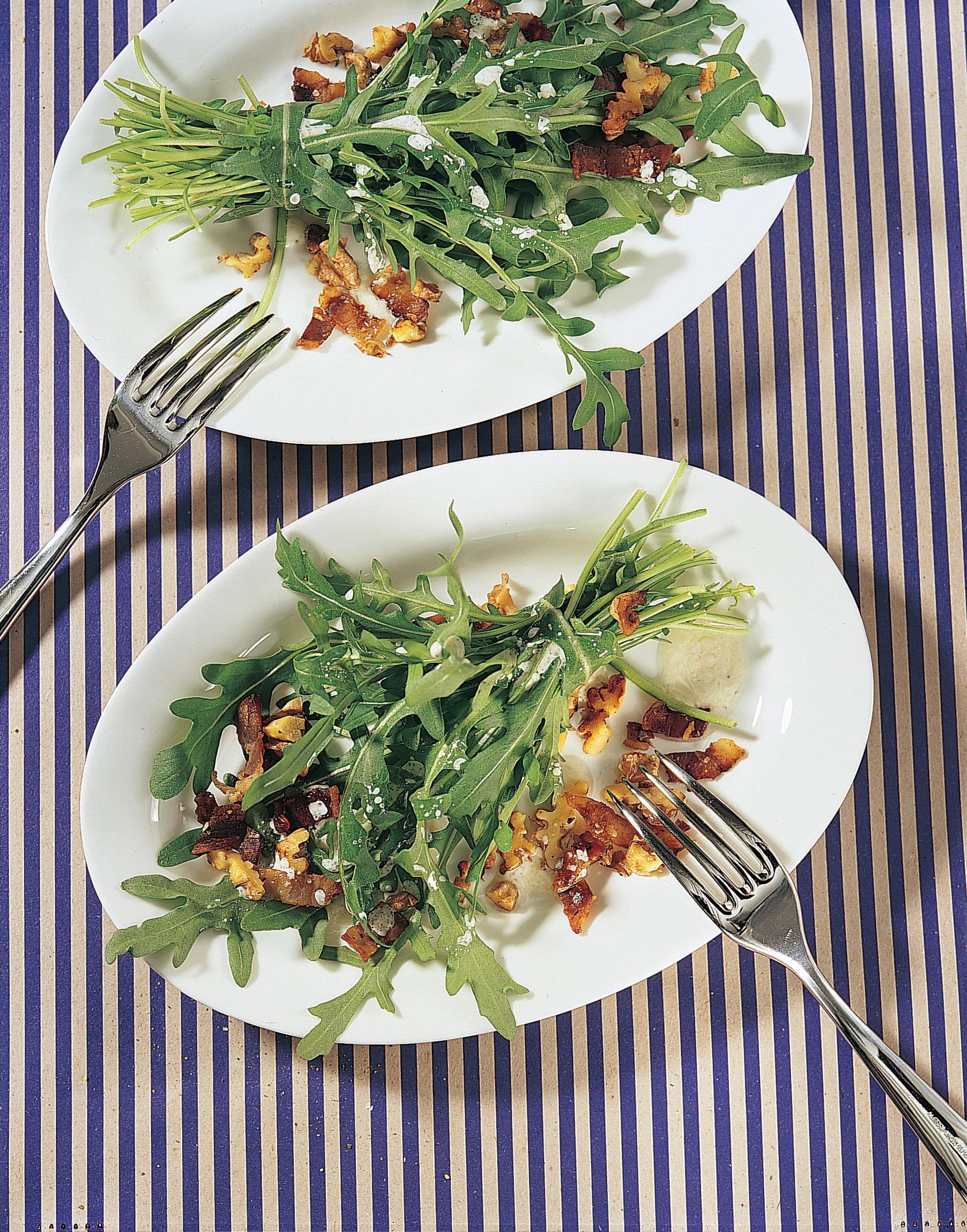 Salade de roquette sauce au lard et aux noix