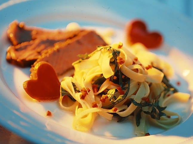 Rucola-Tagliatelle mit Roastbeef