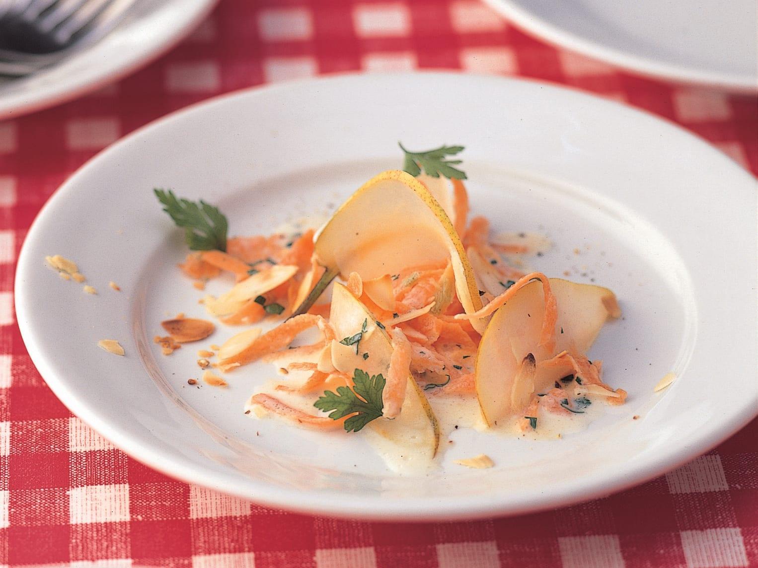 Rüebli-Birnen-Salat mit gerösteten Mandeln