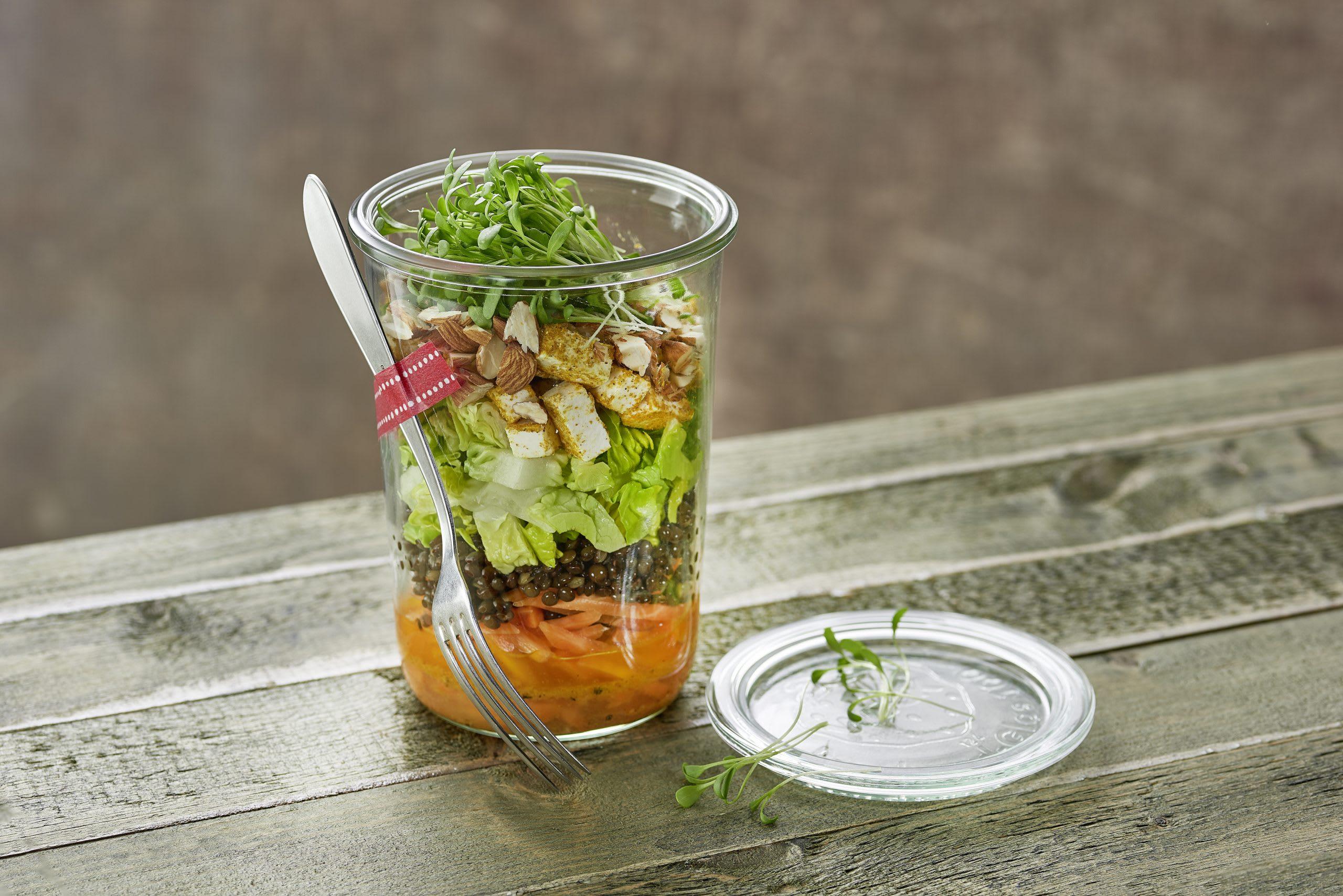Rüebli-Linsen-Salat im Glas mit Frischkäse