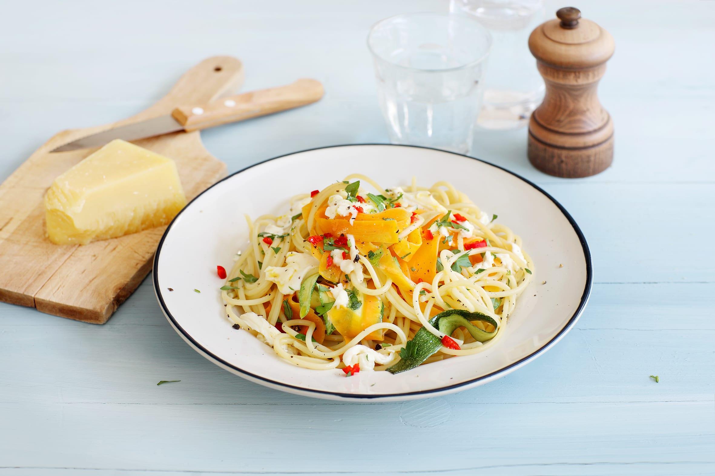 Rüebli-Zucchetti-Spaghetti mit Mozzarella