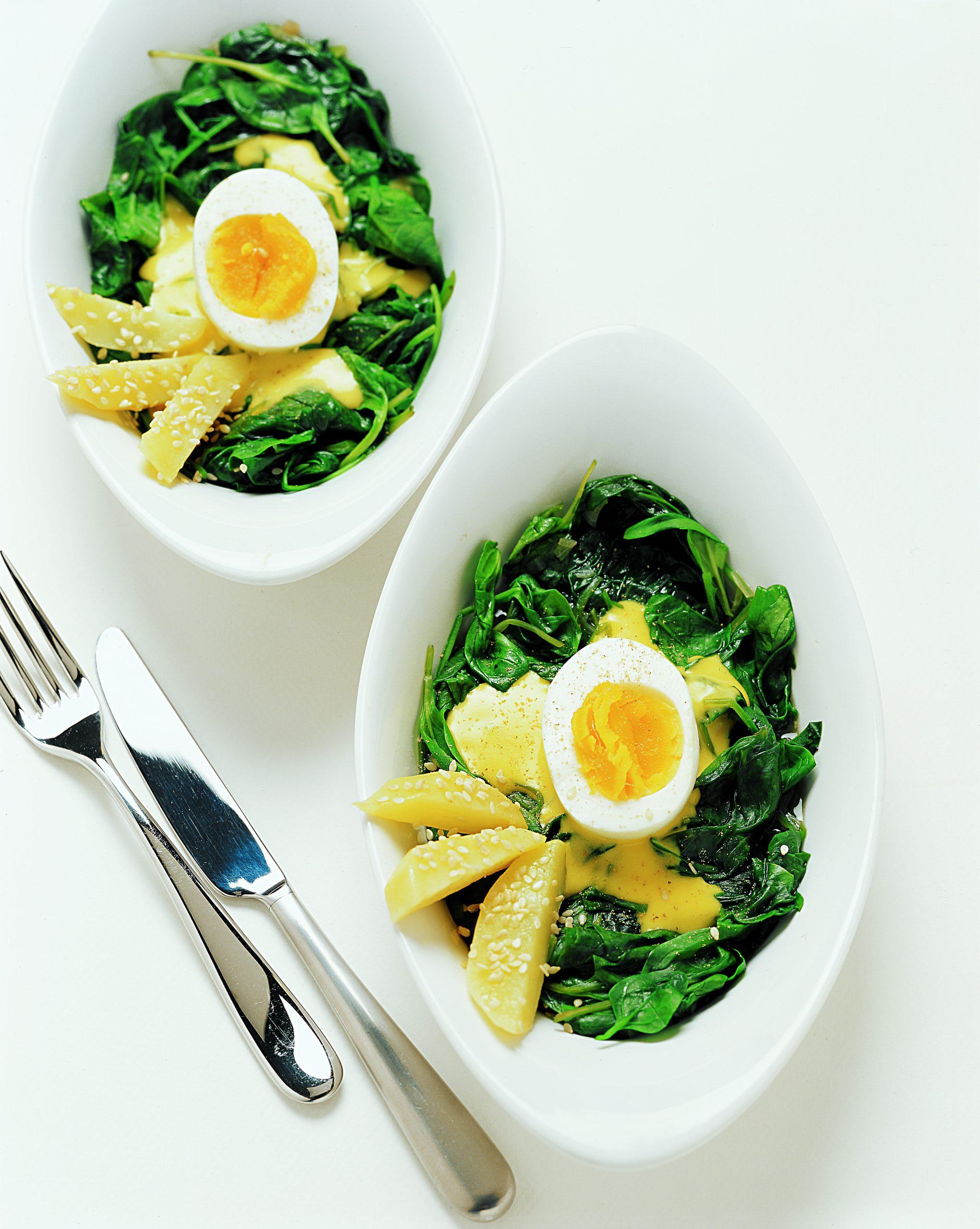 Safran-Eier auf Spinat