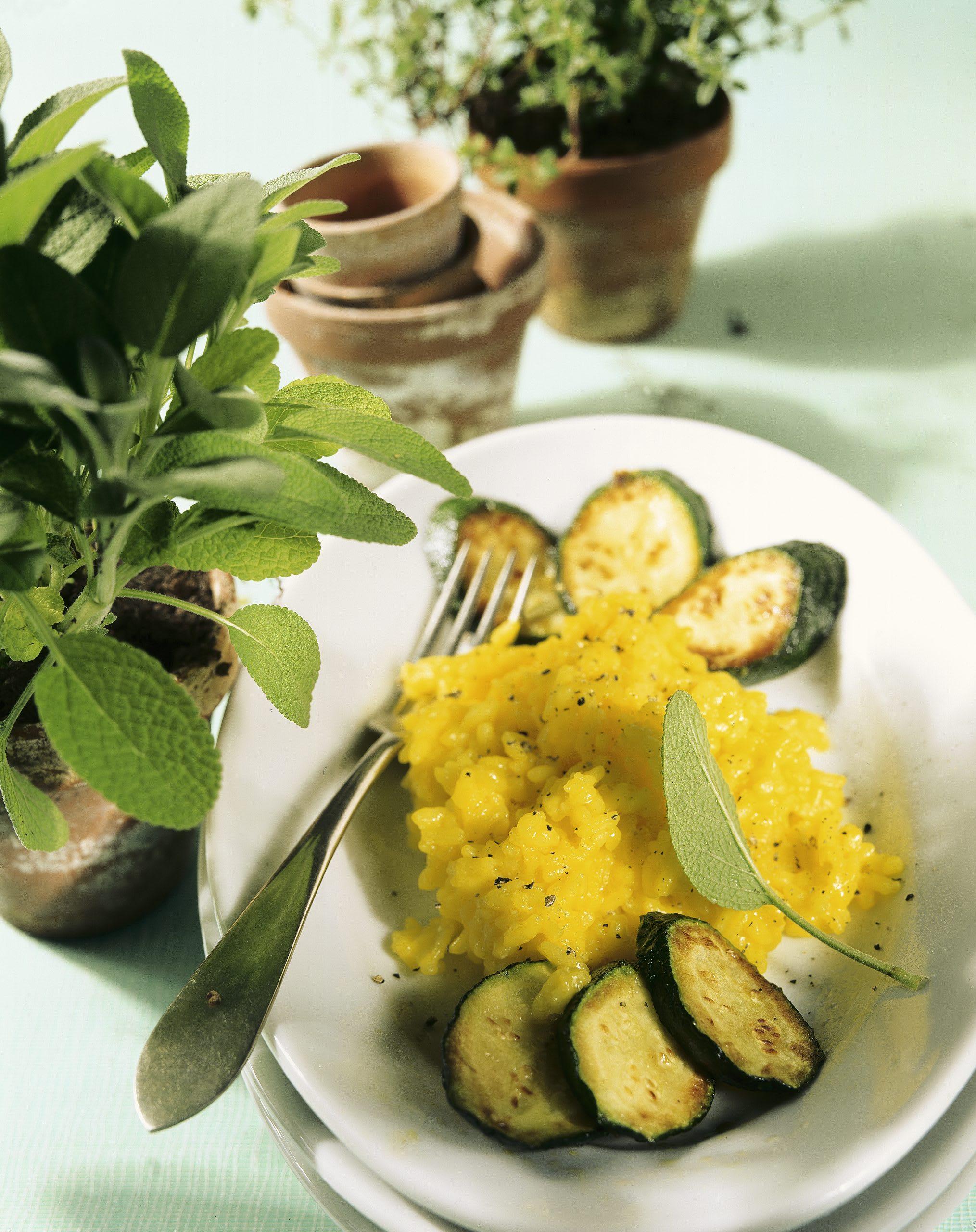 Safran-Risotto mit gebratenen Zucchini