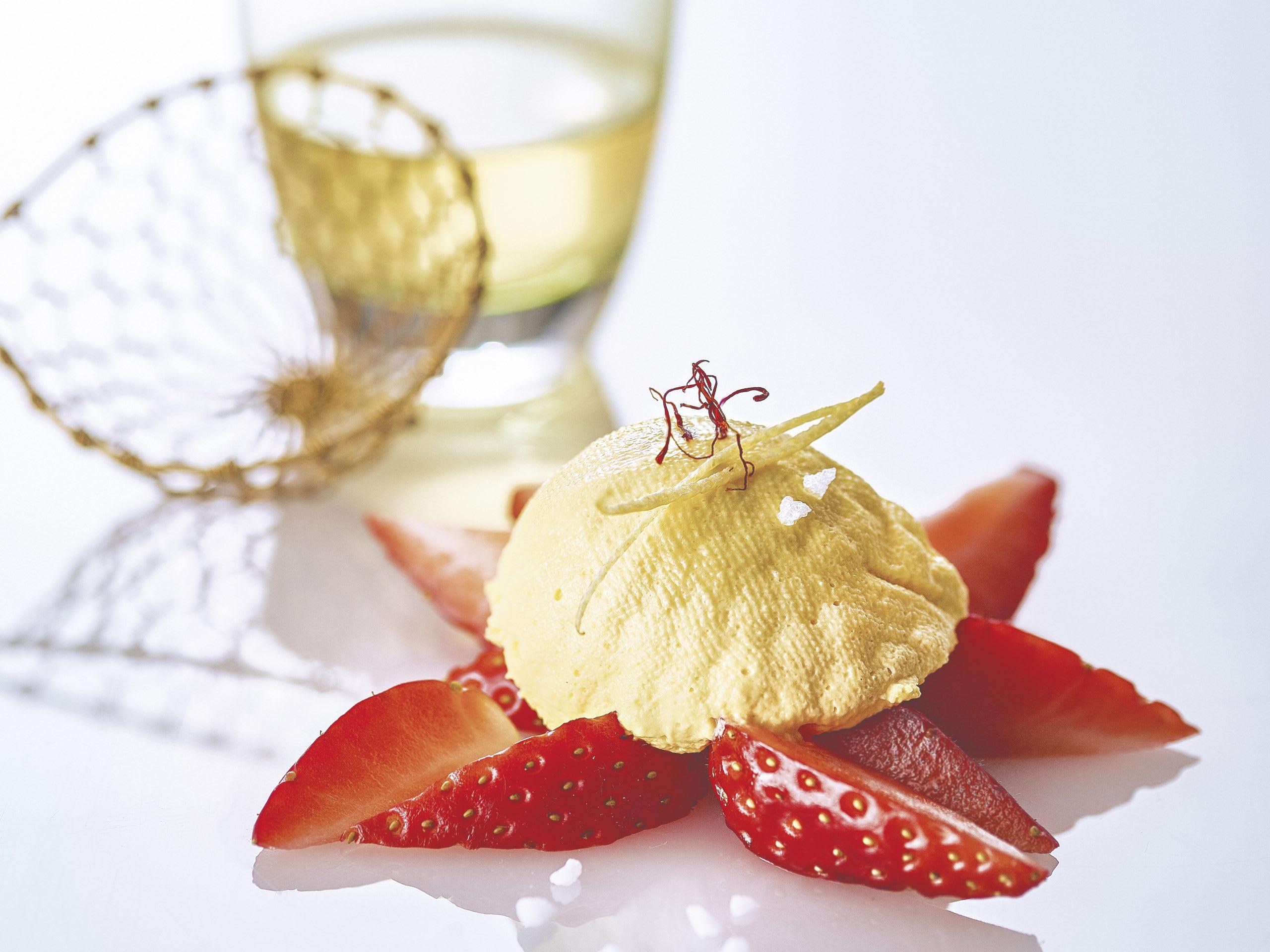 Safran-Zitronen-Joghurtköpfli mit Erdbeeren