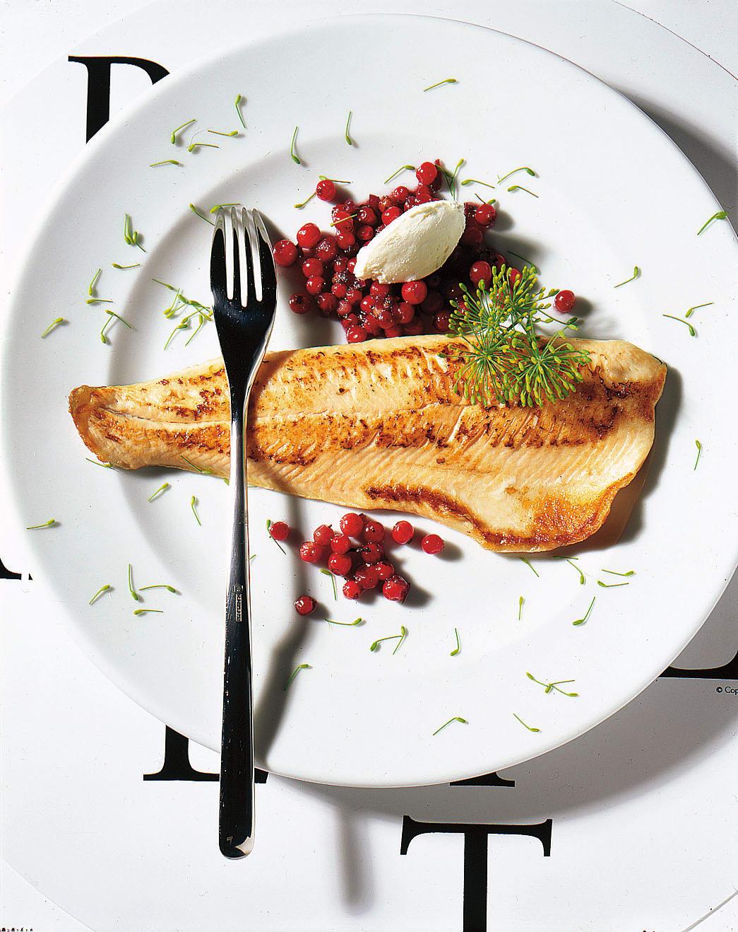 Filets d'omble chevalier, sauce aux airelles et fromage frais