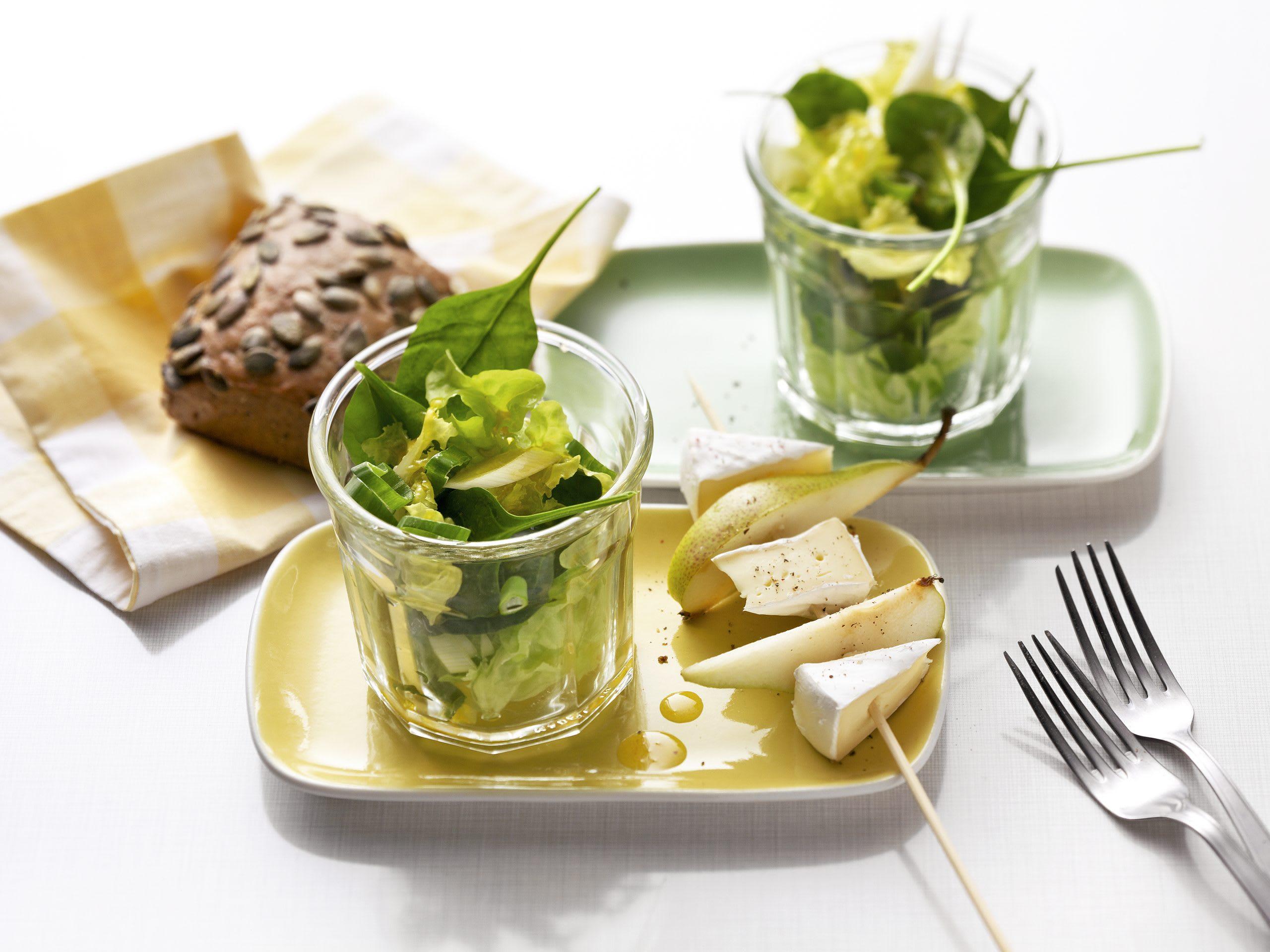 Salat im Glas mit Birne und Tomme