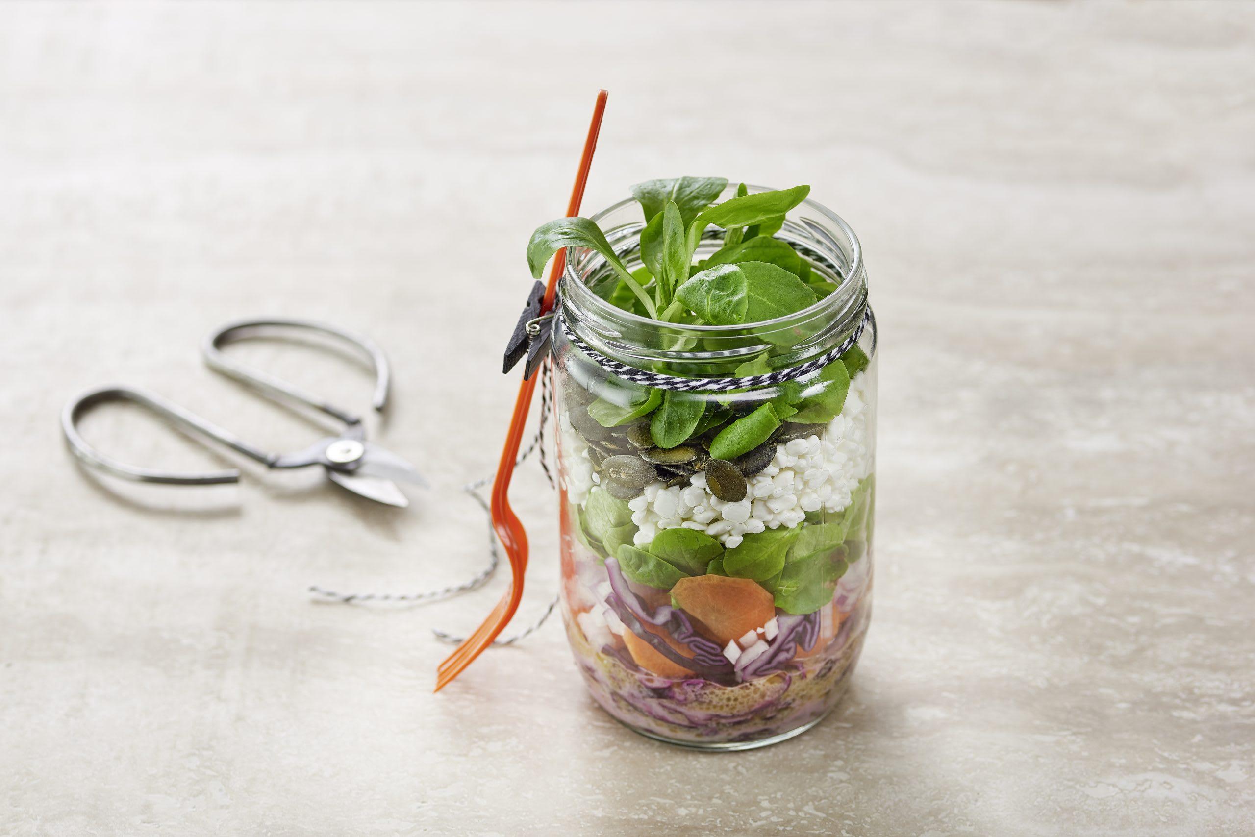 Salat im Glas mit Hüttenkäse und Kürbiskernen