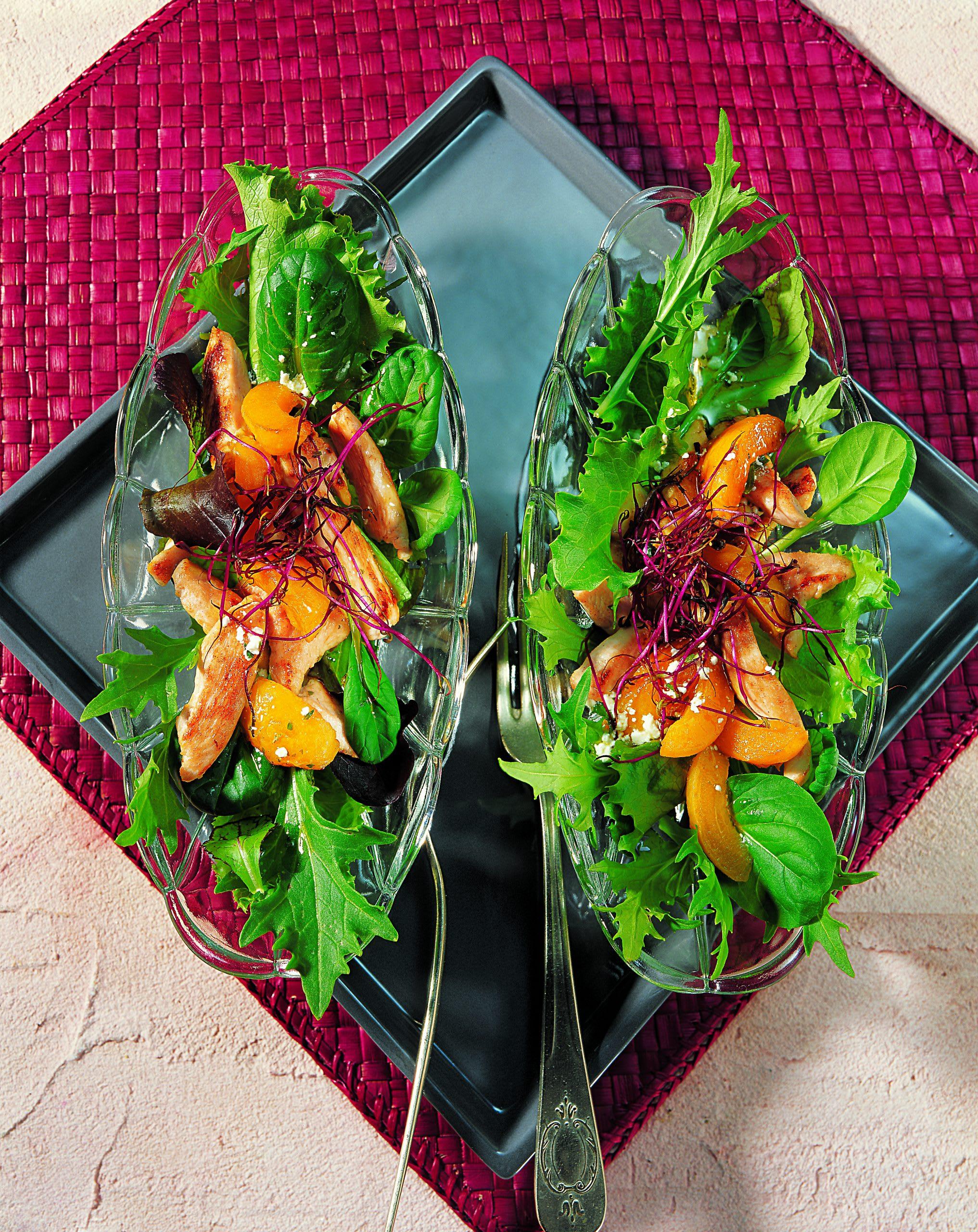 Salat mit Aprikosen und Pouletstreifen