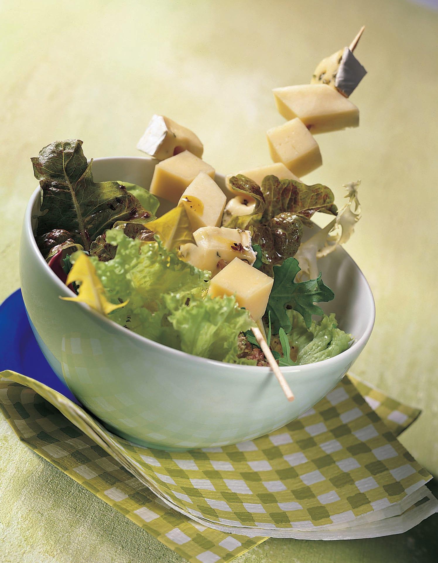 Salat mit Käsespiessen und Kümmel-Vinaigrette