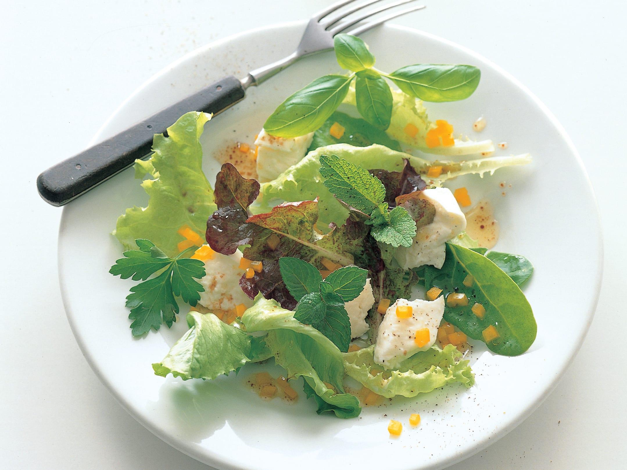 Salade aux fines herbes et à la mozzarella