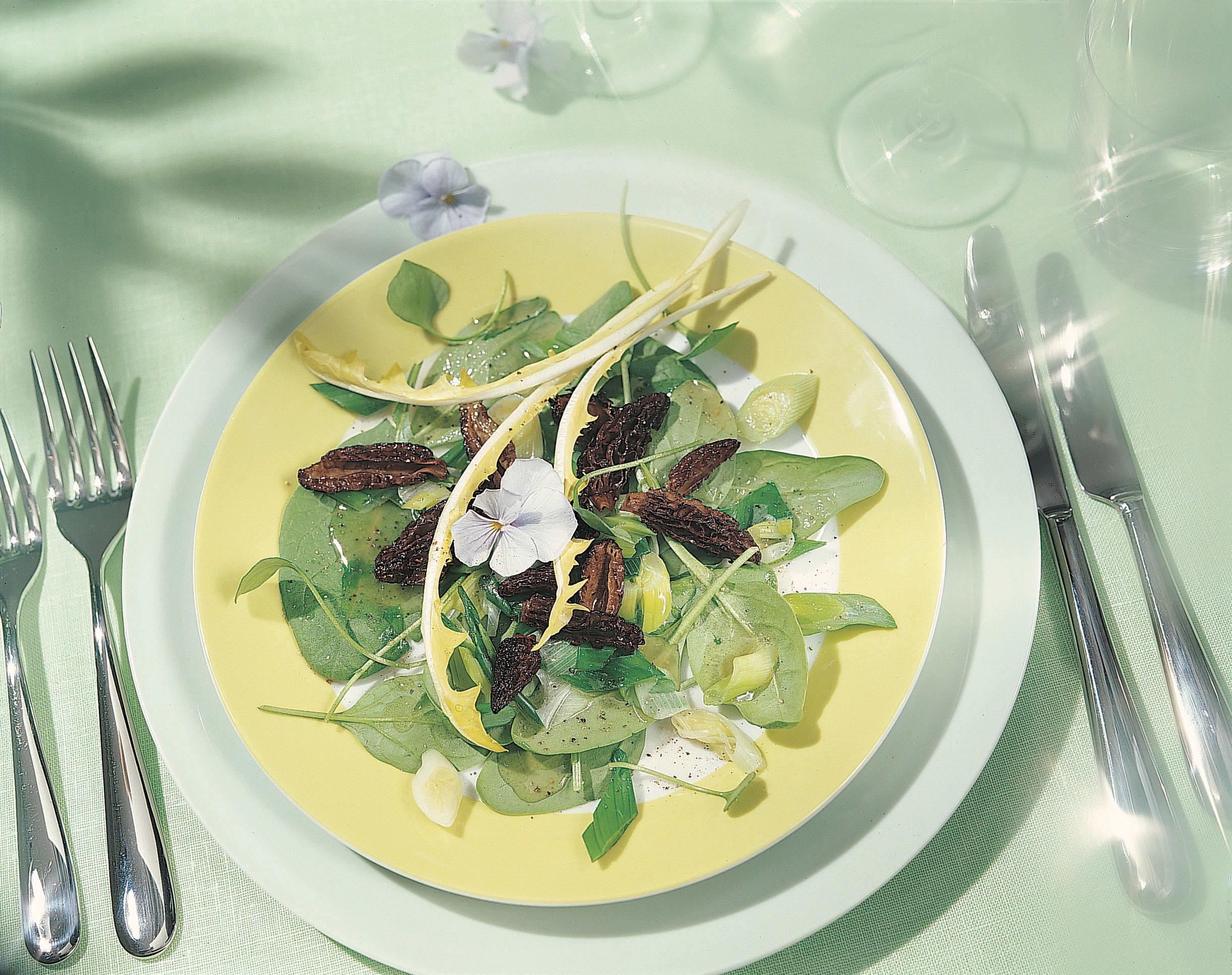 Salade aux morilles et aux oignons frais