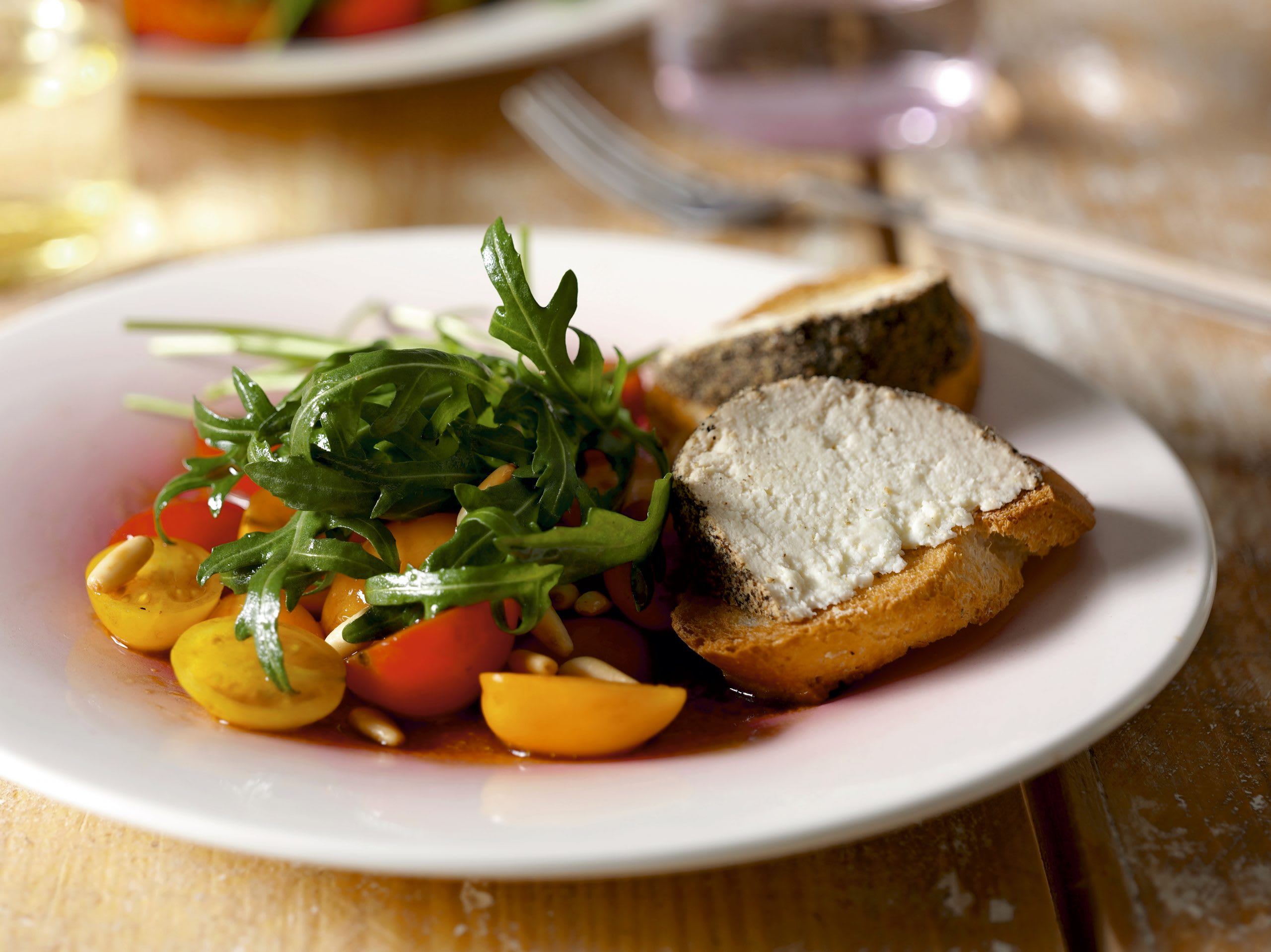 Salat und Crostini mit Belper Knolle