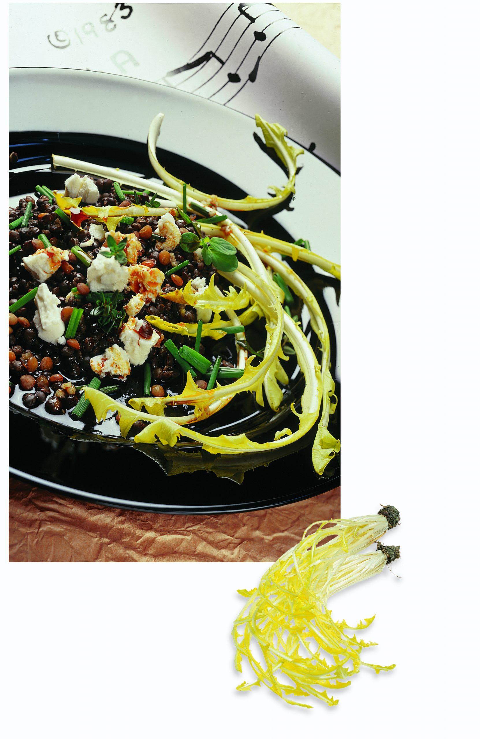 Salat von Linsen auf Löwenzahn mit Frischkäse