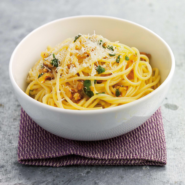Spaghetti à la sauge et aux noix