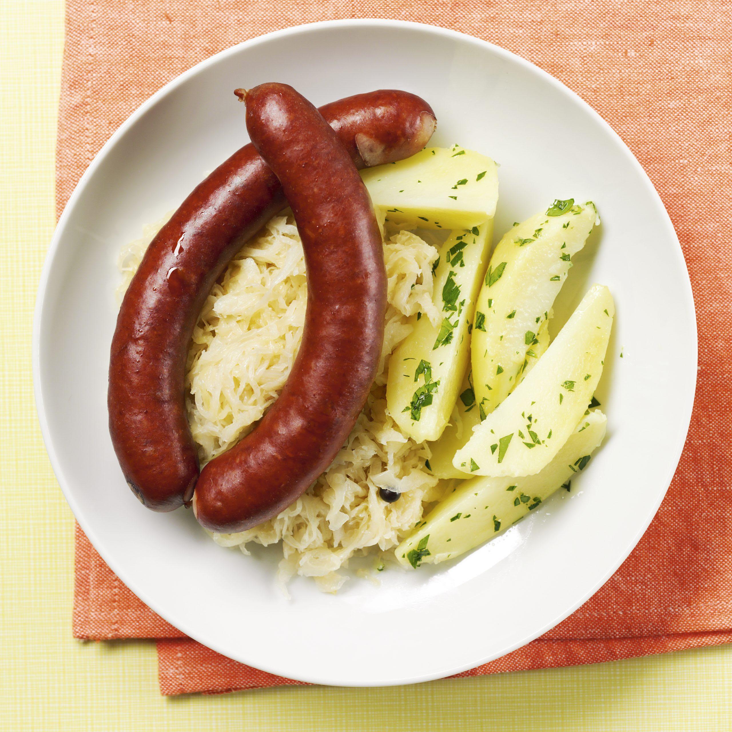 Sauerkraut-Salat mit Würstchen