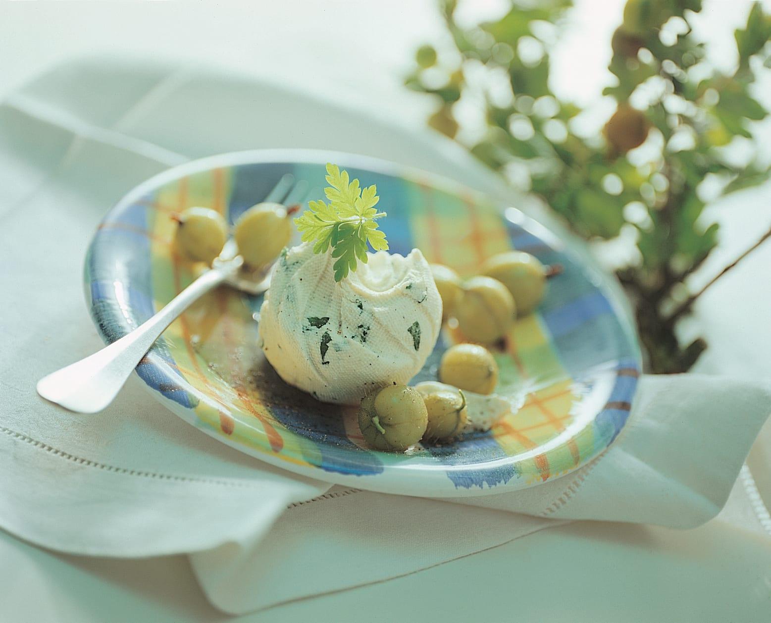 Schabziger-Mousse mit Stachelbeeren