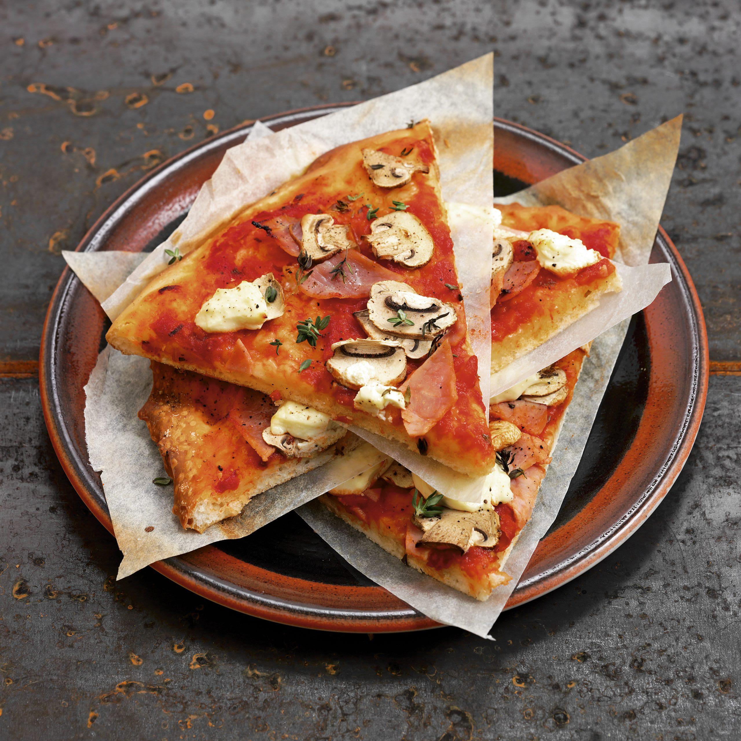 Schinken-Pilze-Pizza mit Frischkäse