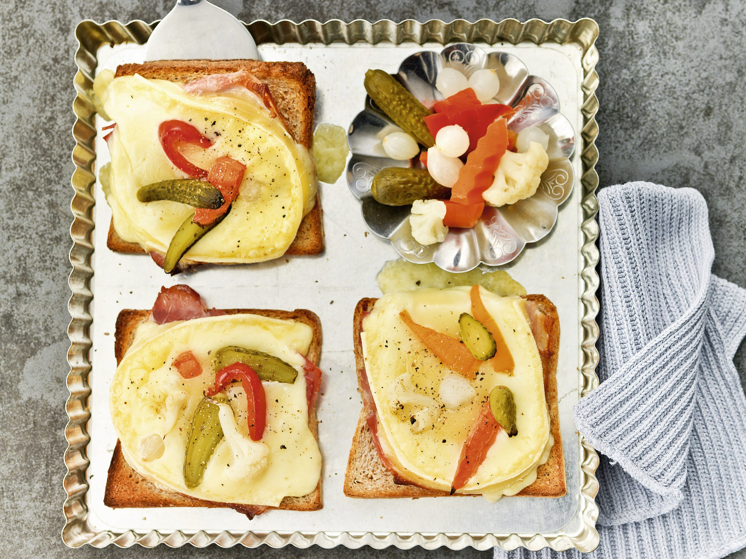 Schinken-Raclette-Toast mit Mixed Pickles