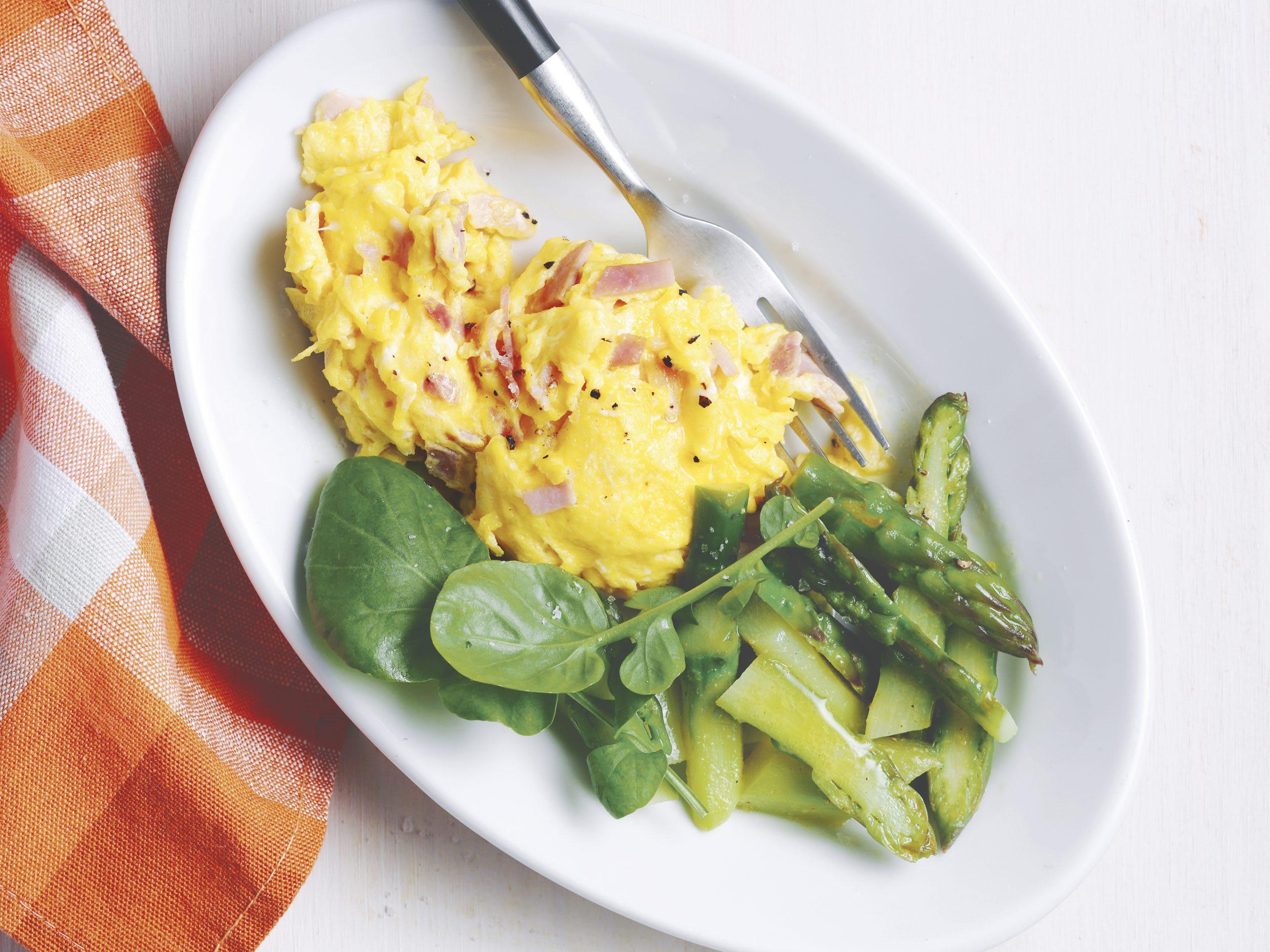 Oeufs brouillés au jambon et salade d'asperges (low carb)