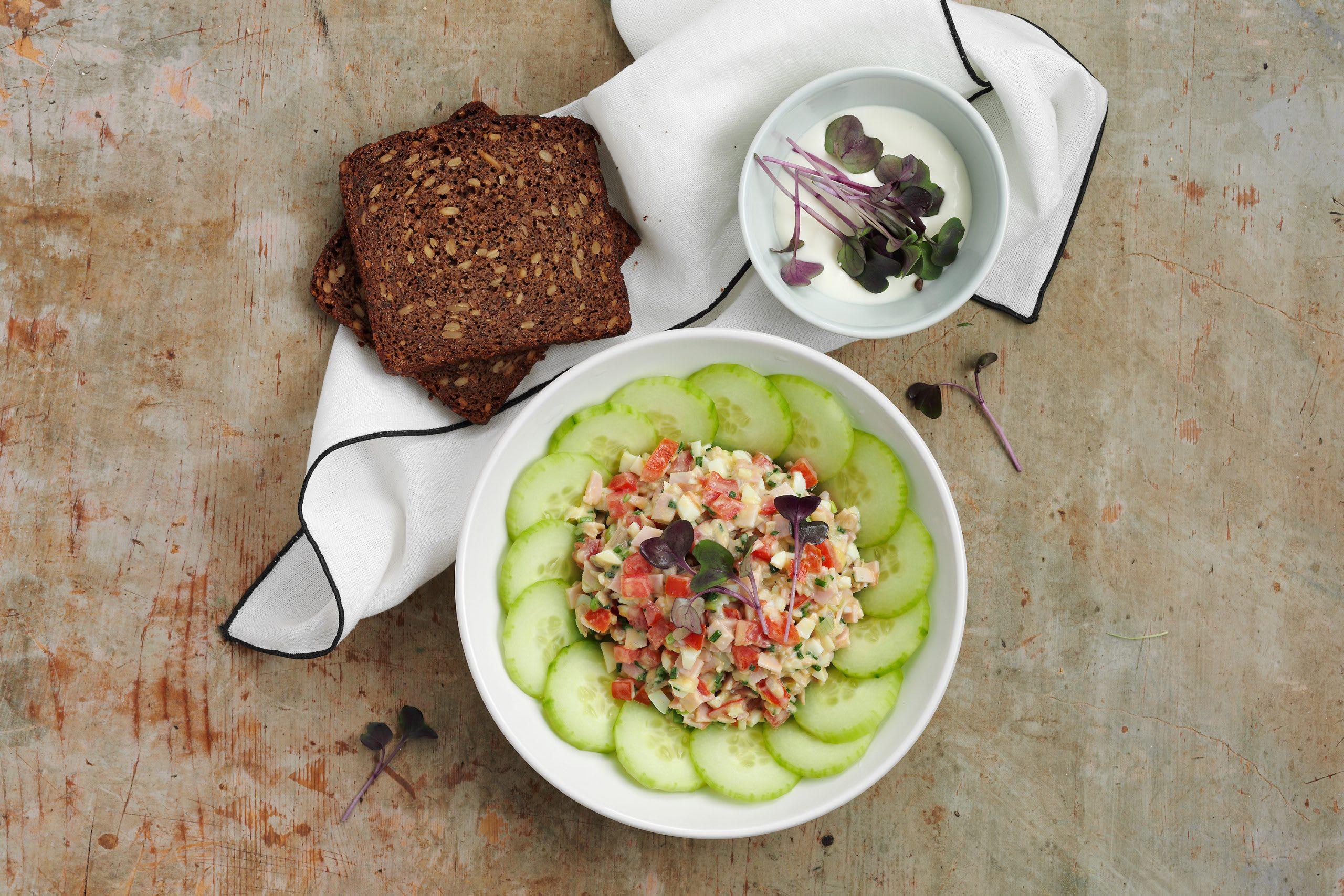 Schinkensalat auf Gurke und Quarkbrot (Low Carb)