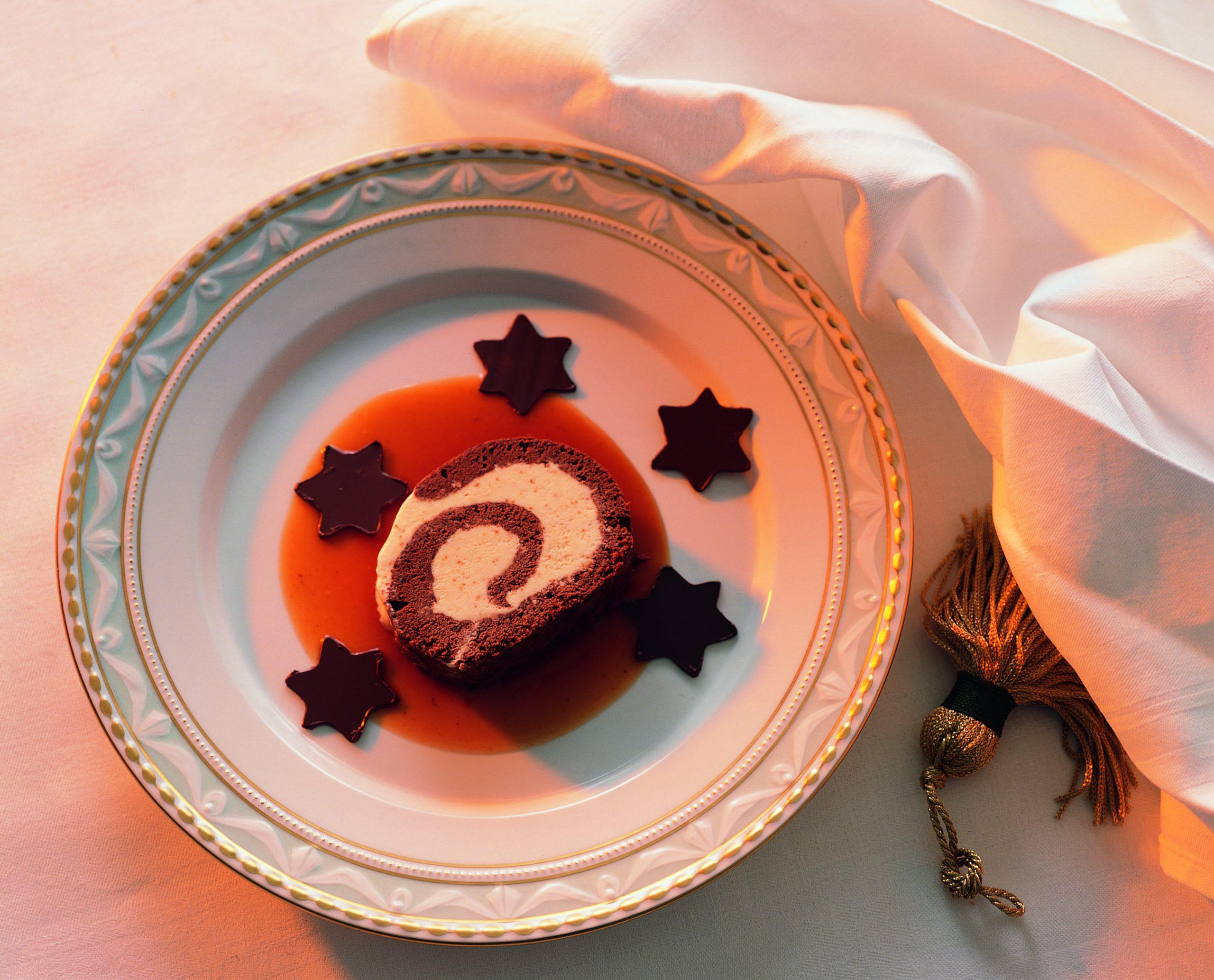 Biscuit au chocolat fourré le parfait glacé au coulis de cynorrhodon