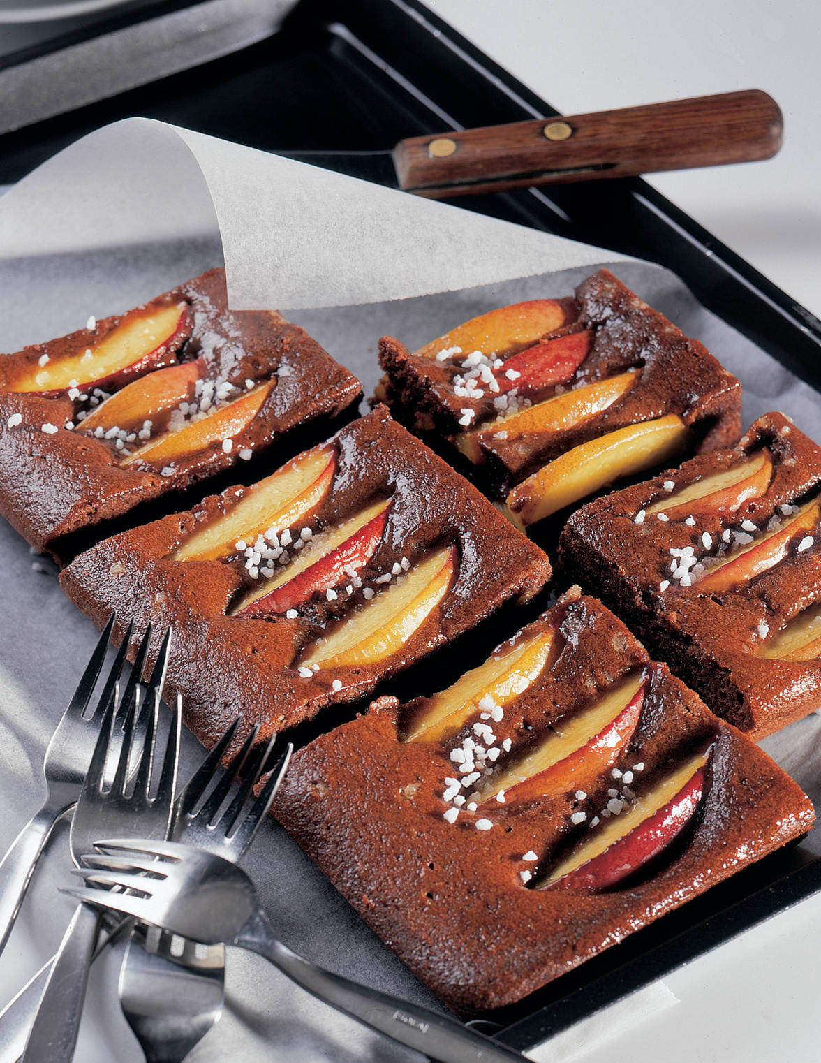 Schokoladen-Blechkuchen mit Pfirsich