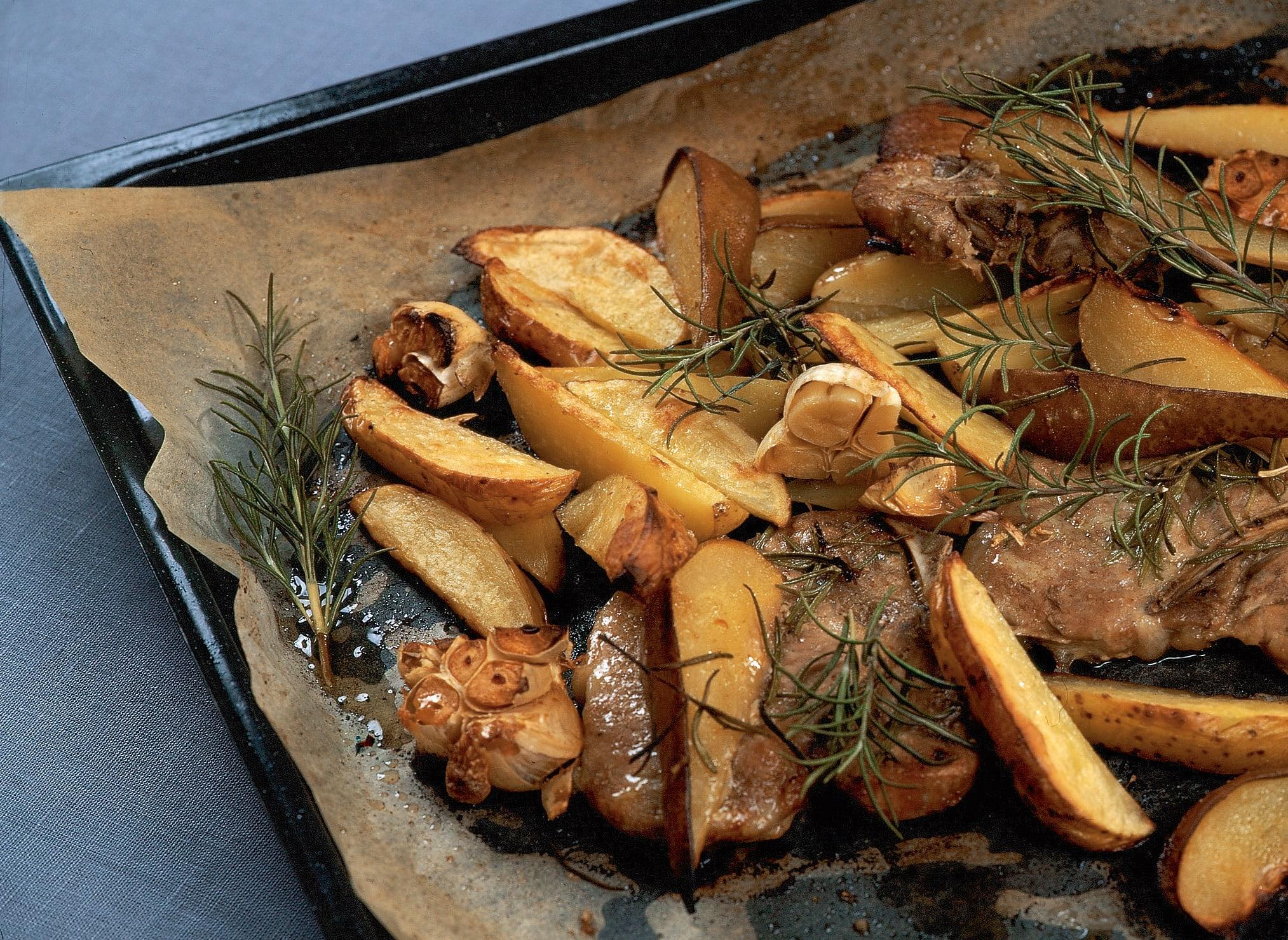 Côtelettes de porc avec pommes de terre et poires au four