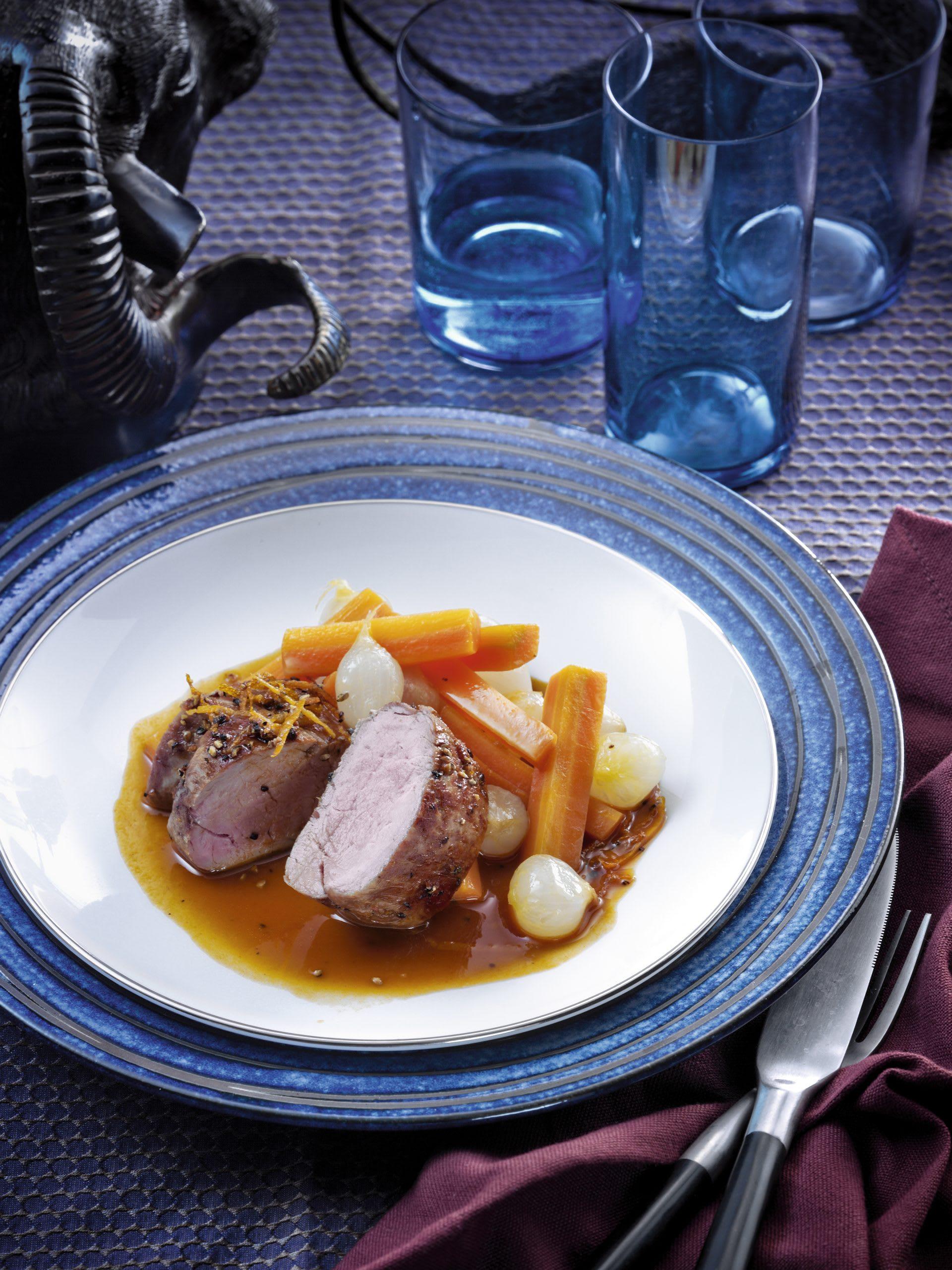 Schweinsfilet in Pfeffer-Orangen-Kruste mit Rüebli-Zwiebel-Gemüse