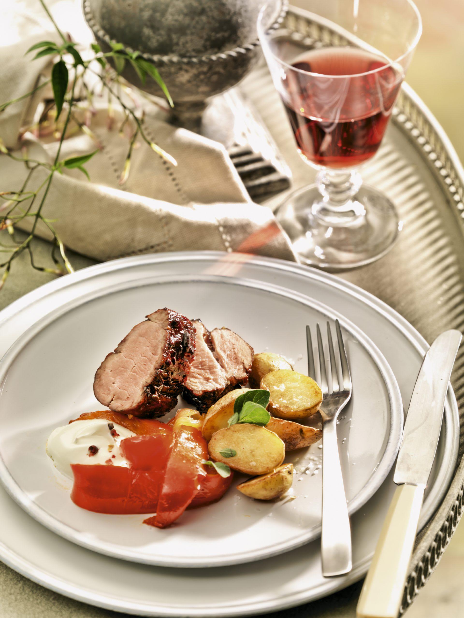 Schweinsfilet mit Rotweinglasur, Peperoni-Gemüse und Frühkartoffeln