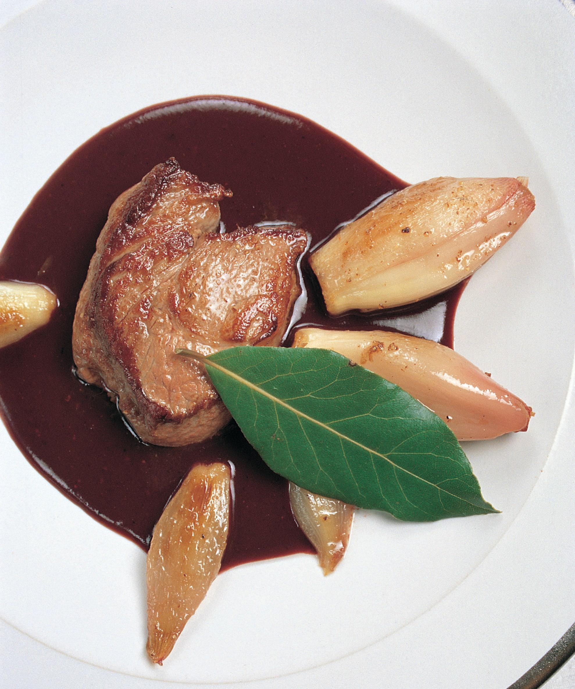 Schweinsfiletmedaillons an Saanensenf-Sauce mit glacierten Schalotten