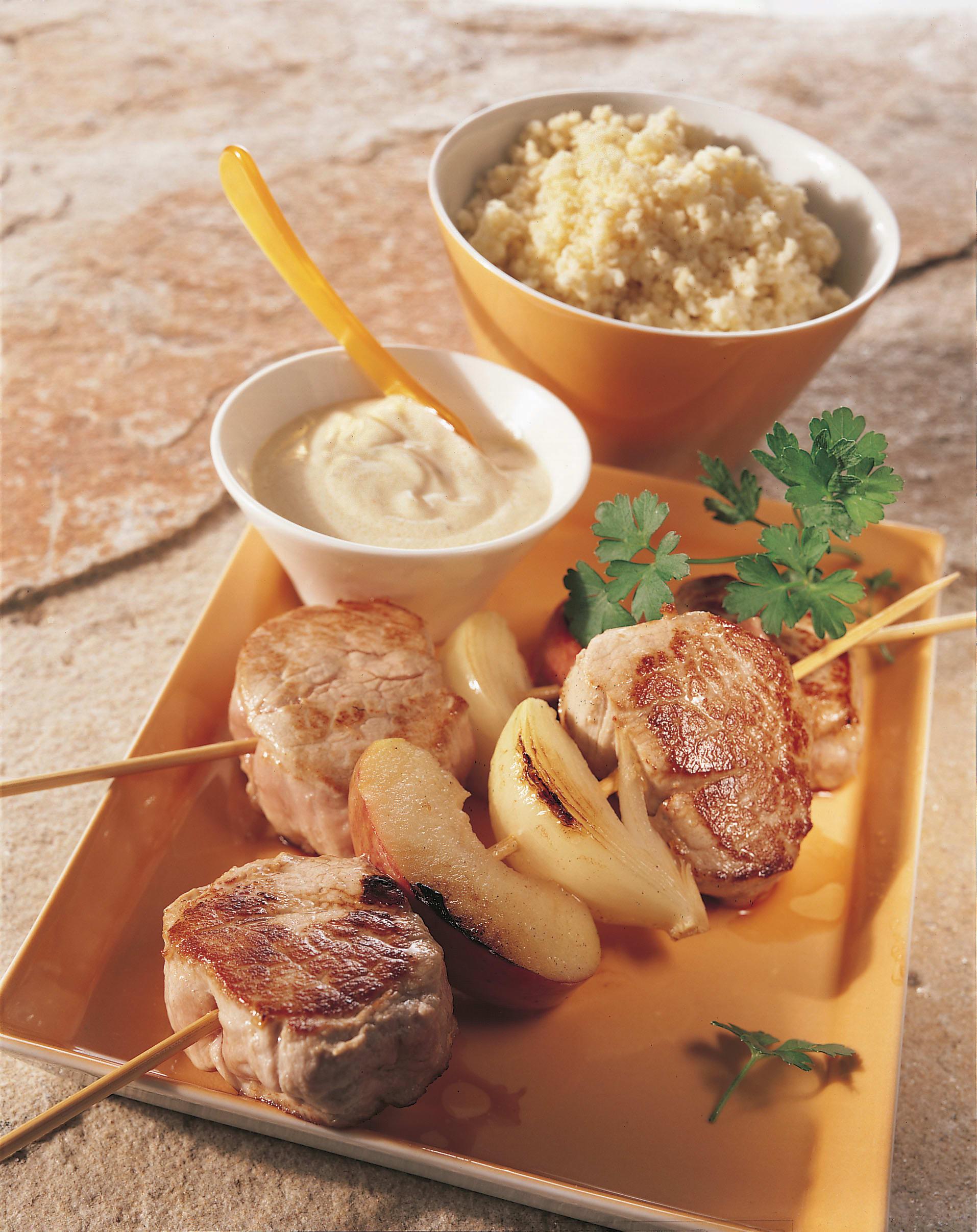 Brochettes de porc aux pommes et aux oignons sauce au Calvados