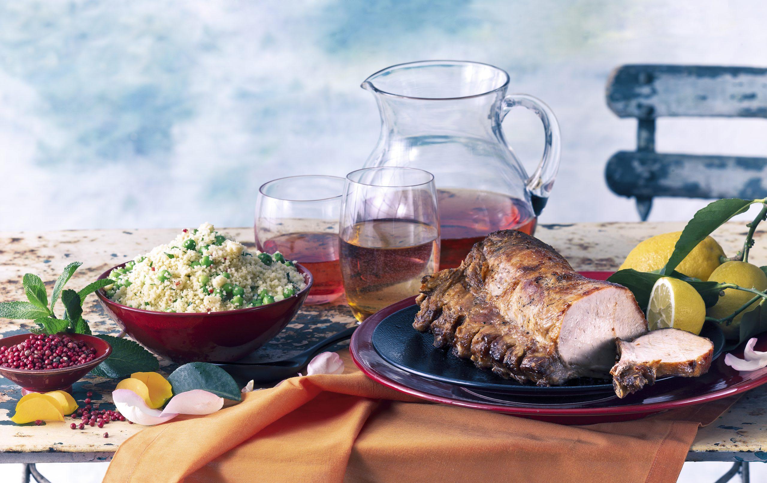 Rôti de côtelettes de porc et salade de couscous aux petits pois