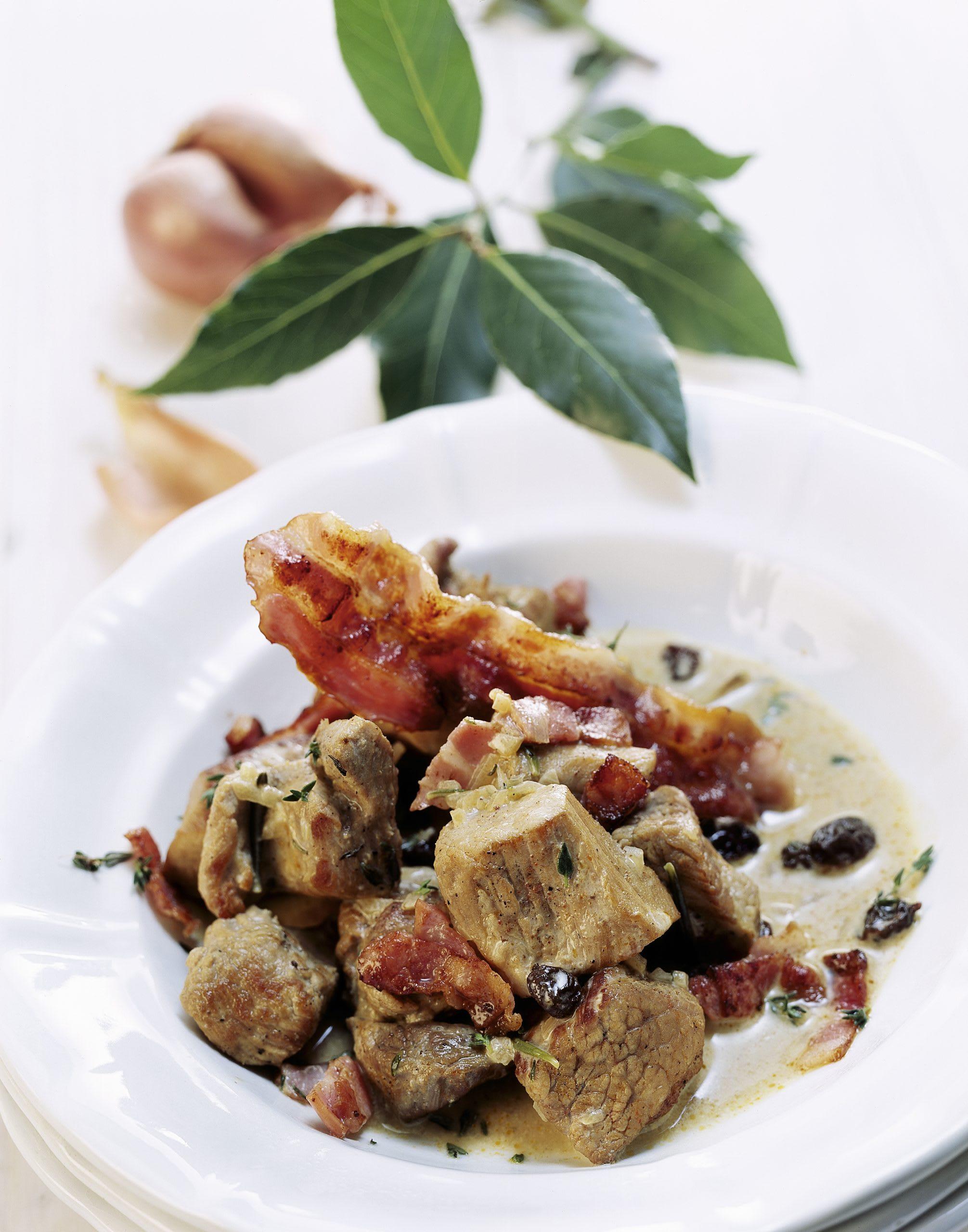 Ragoût de porc sauce au lard et aux raisins secs