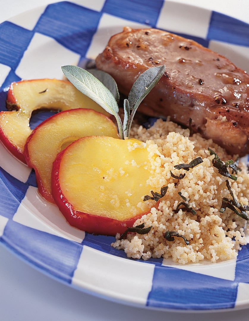 Schweinssteaks mit Äpfeln und Salbei-Couscous
