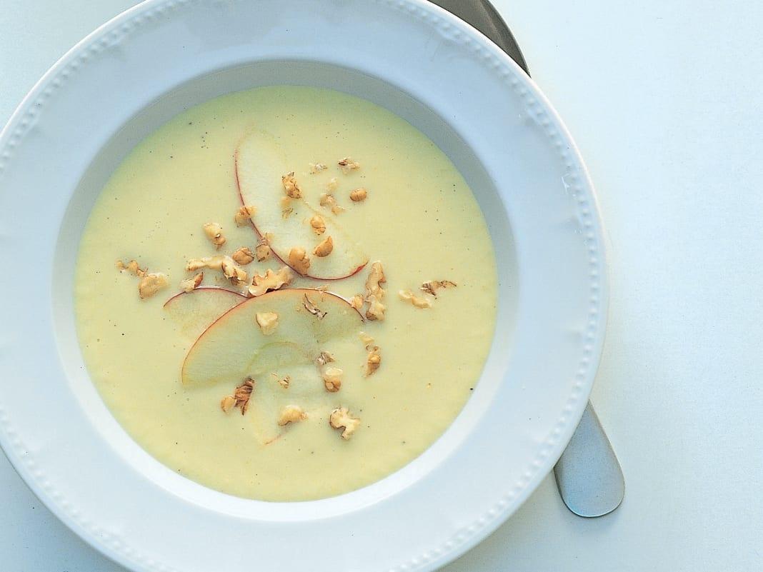 Sellerie-Apfel-Suppe mit Baumnüssen