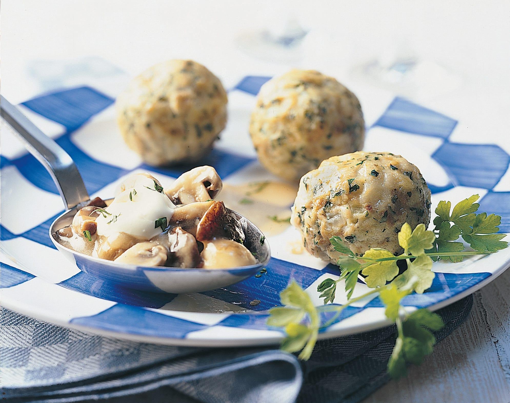 Semmelknödel (boulettes de pain) et sauce aux champignons