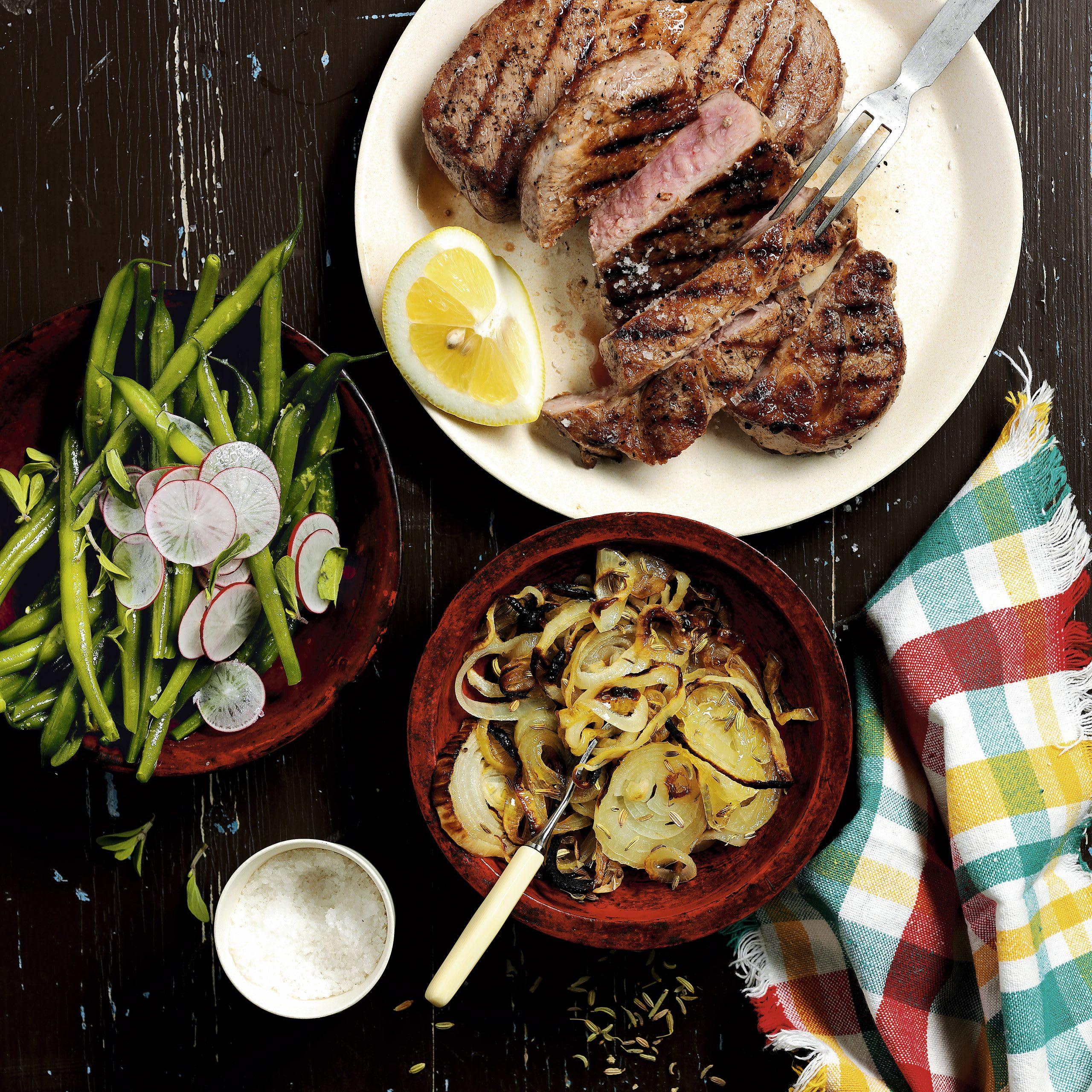 Senf-Steak vom Grill mit Honig-Zwiebeln