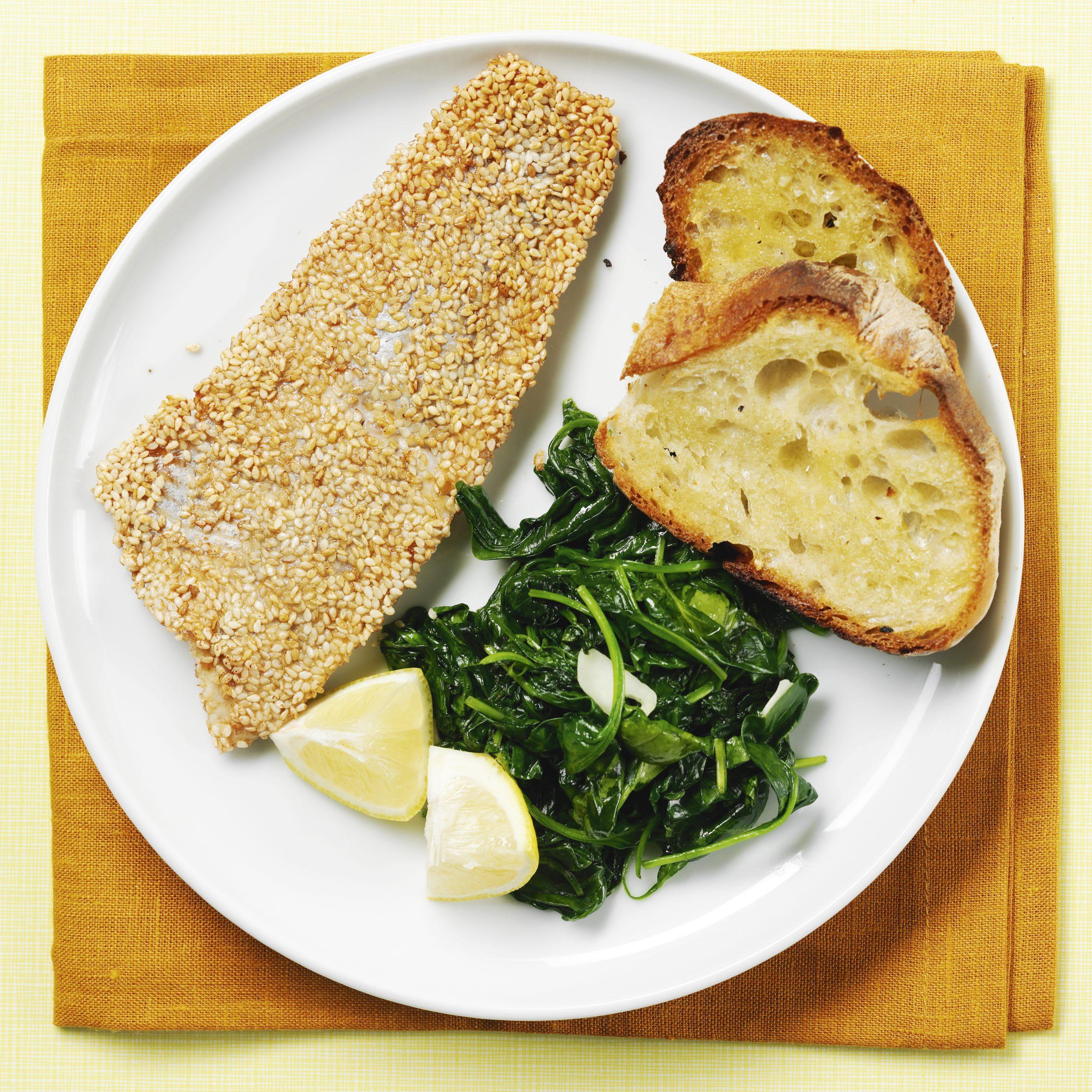 Sesam-Fisch mit Spinat und Knoblauchbrot