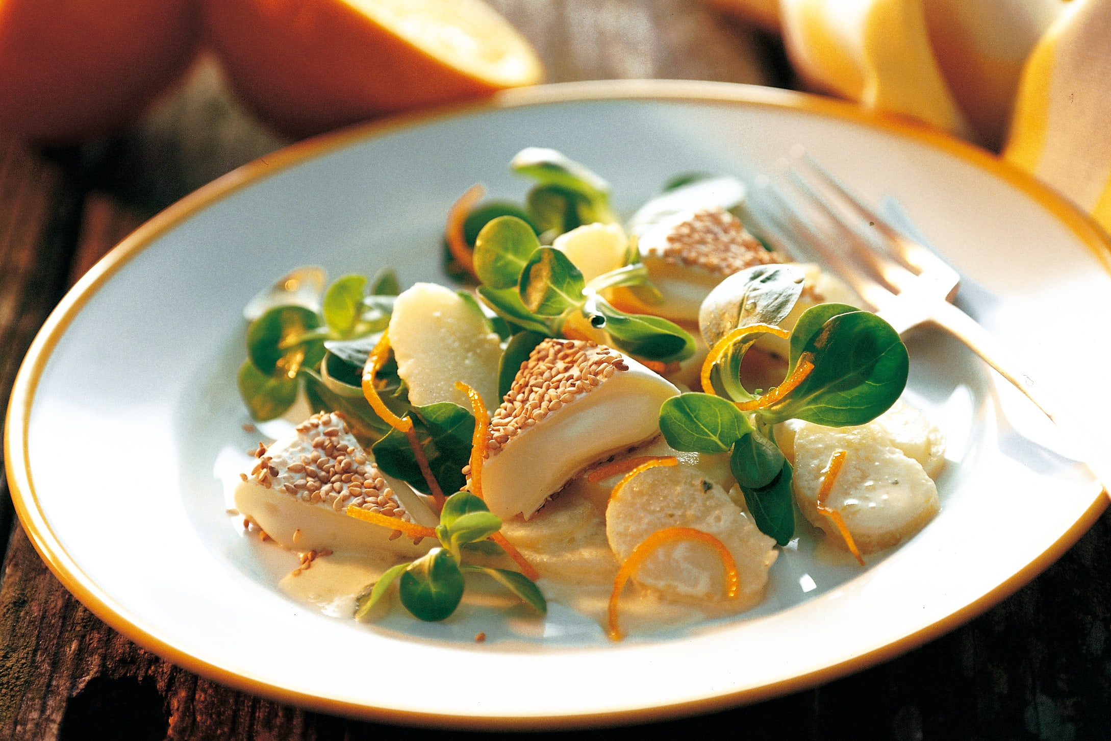 Sesam-Tommes mit Blattsalaten