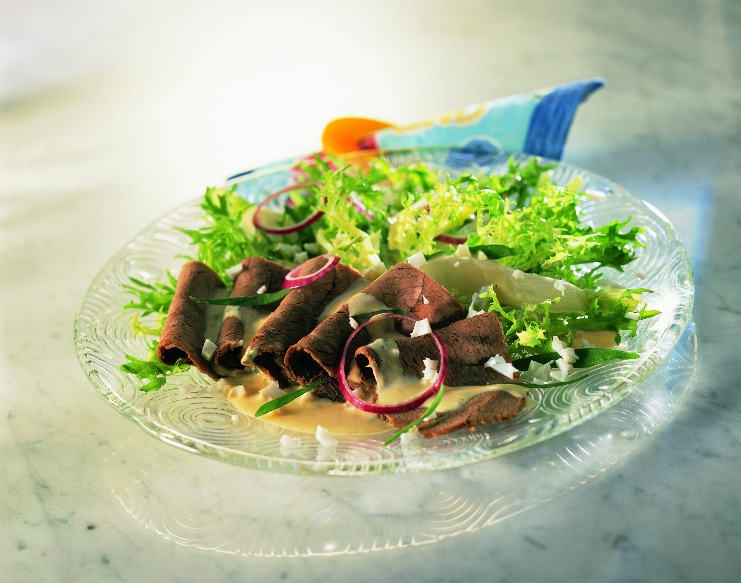 Salade de boeuf bouilli garnie de radis à l'estragon