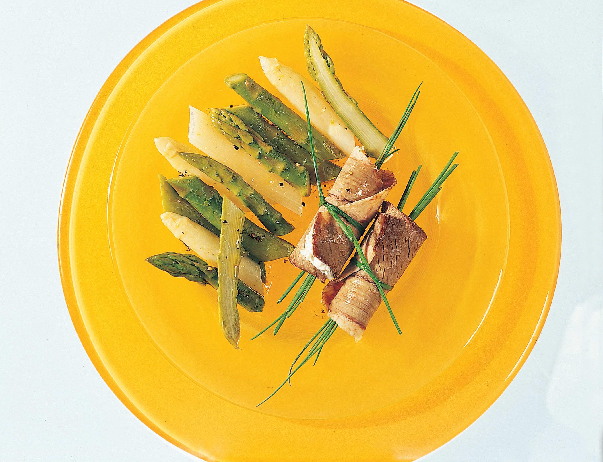Siedfleischröllchen auf Spargelsalat
