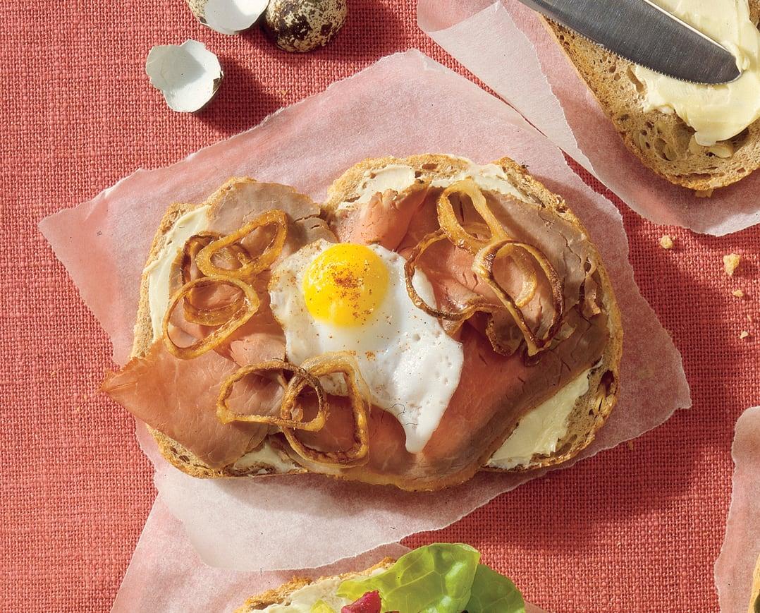 Smørrebrød mit Roastbeef und Spiegelei