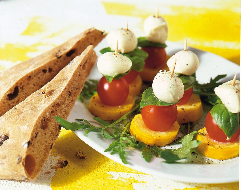 Sommergemüse-Salat mit Olivenfladen