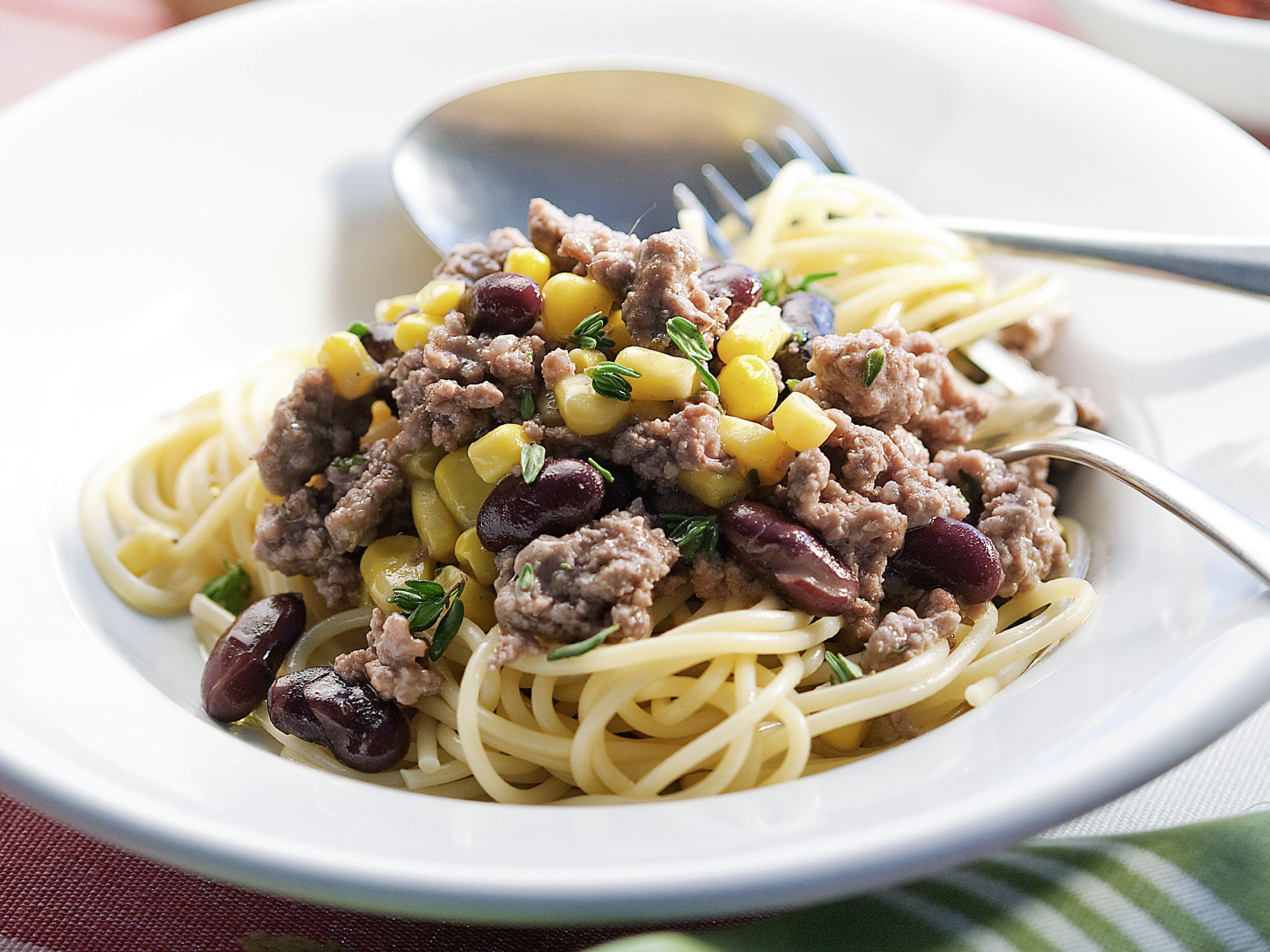 Spaghetti mit bunter Hackfleischsauce