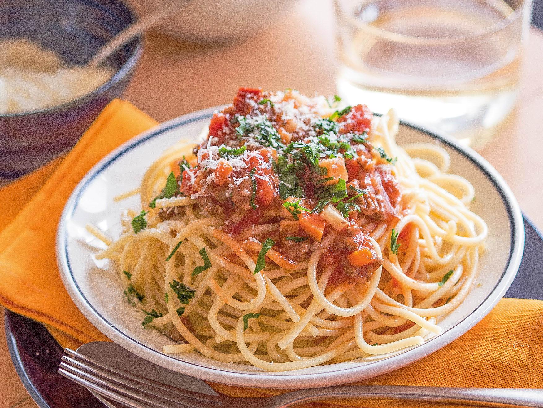 Spaghetti mit Gemüse-Hackfleisch-Sugo