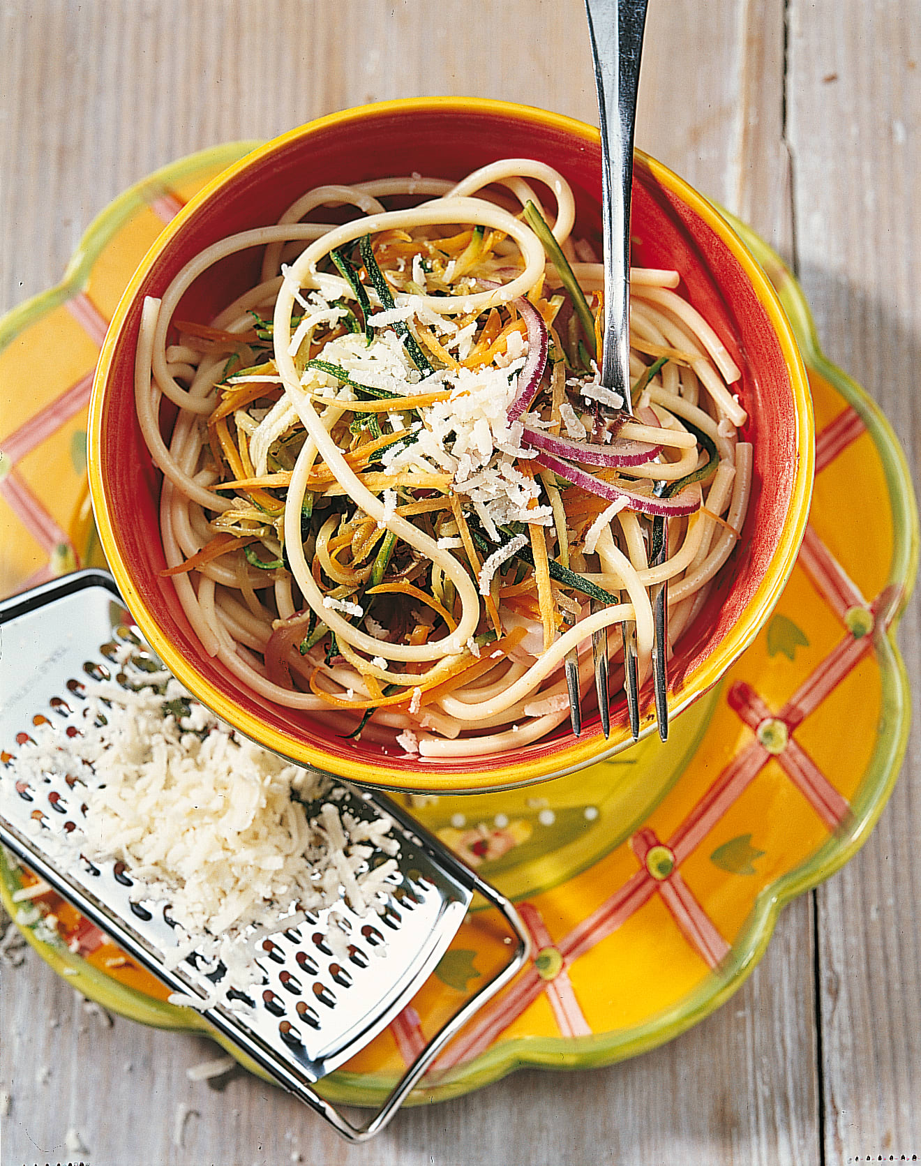 Spaghetti mit Gemüsesauce, Sesam und Sprinz